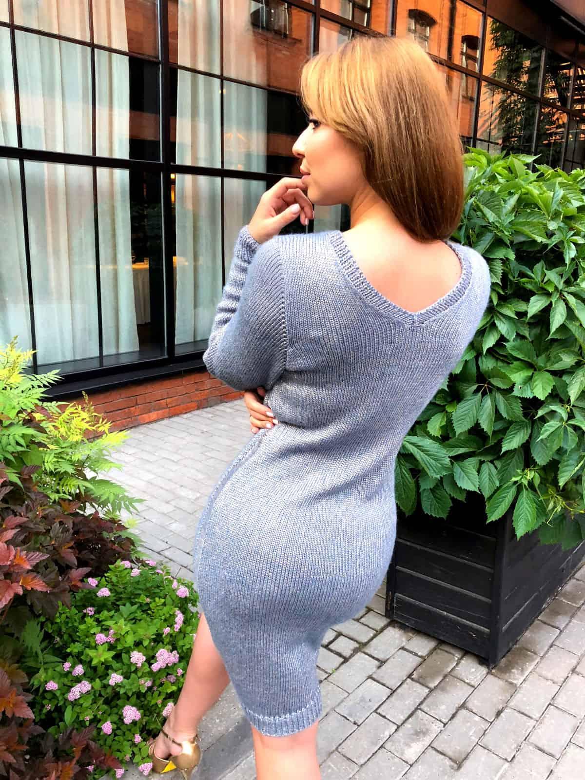 На третьей фотографии красивый голубой кардиган с платьем от Shapar, бренда вязаной одежды ручной работы в интернет-магазине связанных спицами вещей.