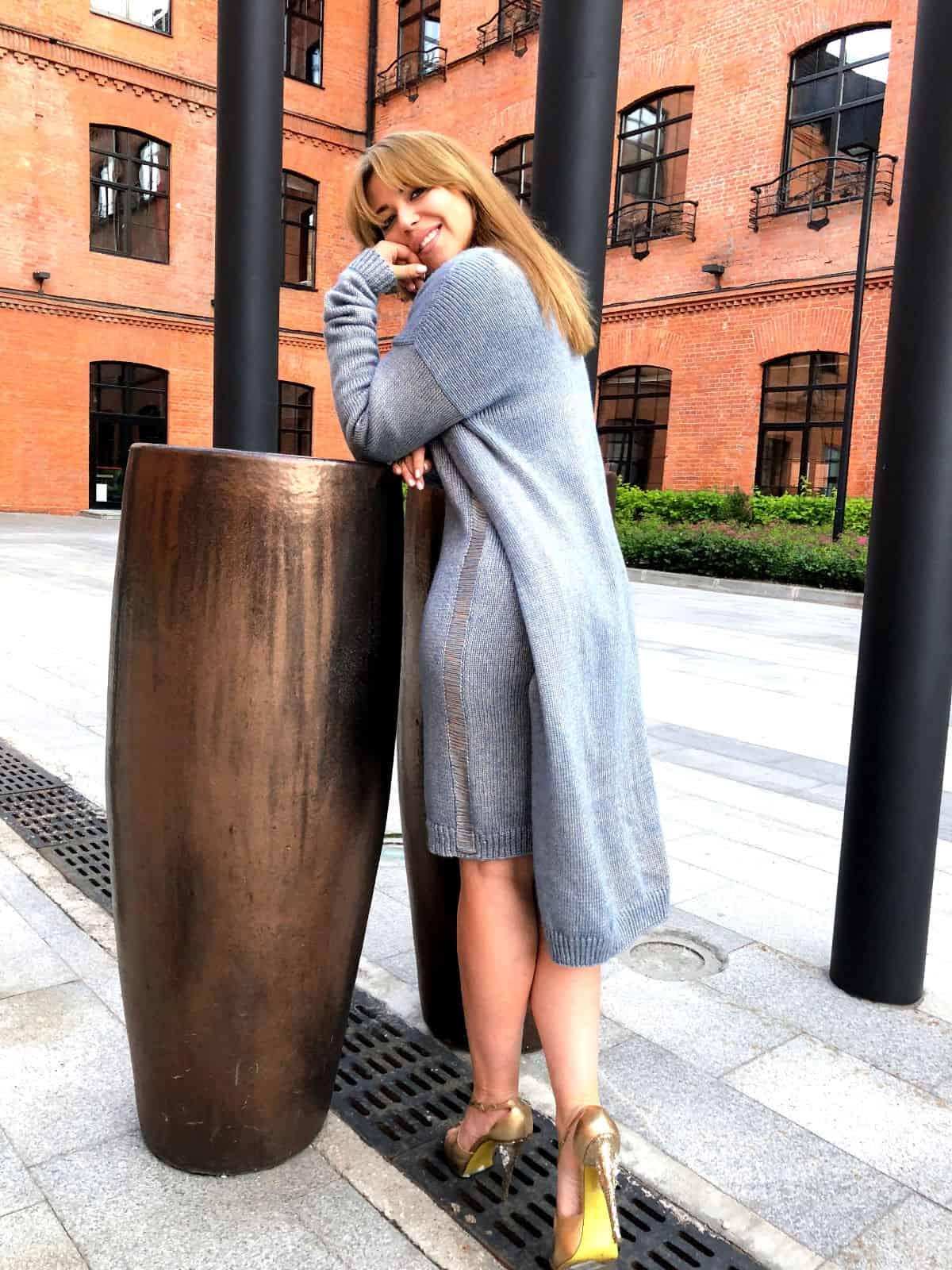 На шестой фотографии элегантный голубой кардиган с платьем от Shapar, бренда женской вязаной одежды ручной работы в интернет-магазине связанных спицами вещей.