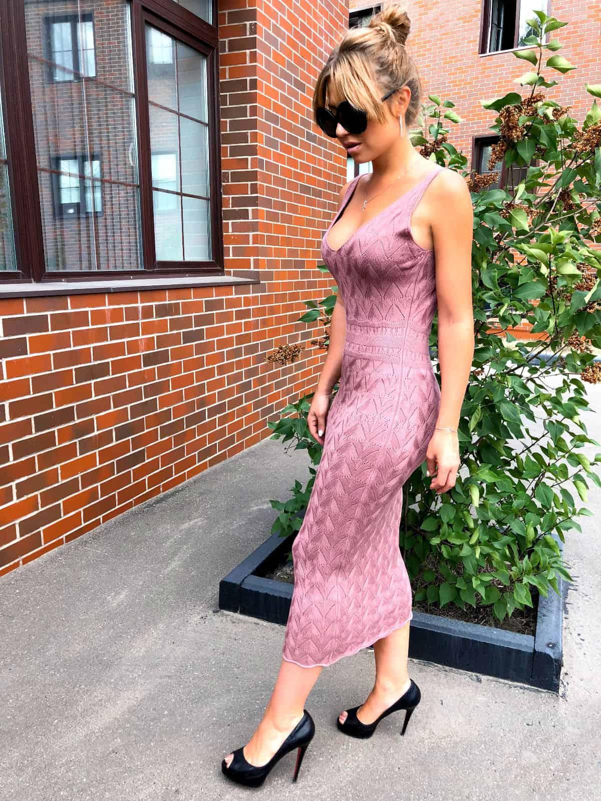 На фотографии вязаное летнее платье от Shapar, бренда женской одежды ручной работы в интернет-магазине связанных спицами вещей.