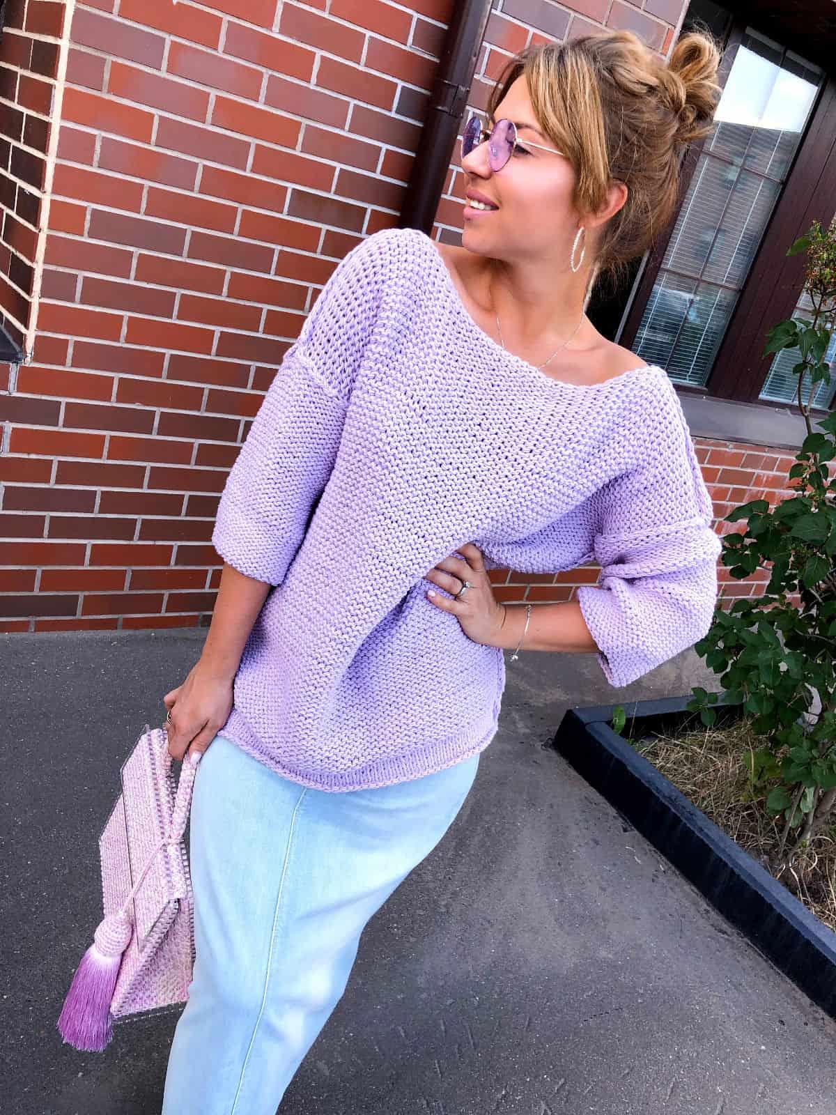 На фотографии женский летний джемпер от Shapar, бренда вязаной одежды ручной работы в интернет-магазине связанных спицами вещей.
