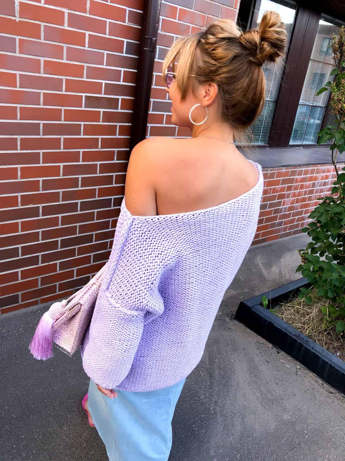 На второй фотографии женский летний джемпер со спины от Shapar, бренда вязаной одежды ручной работы в интернет-магазине связанных спицами вещей.