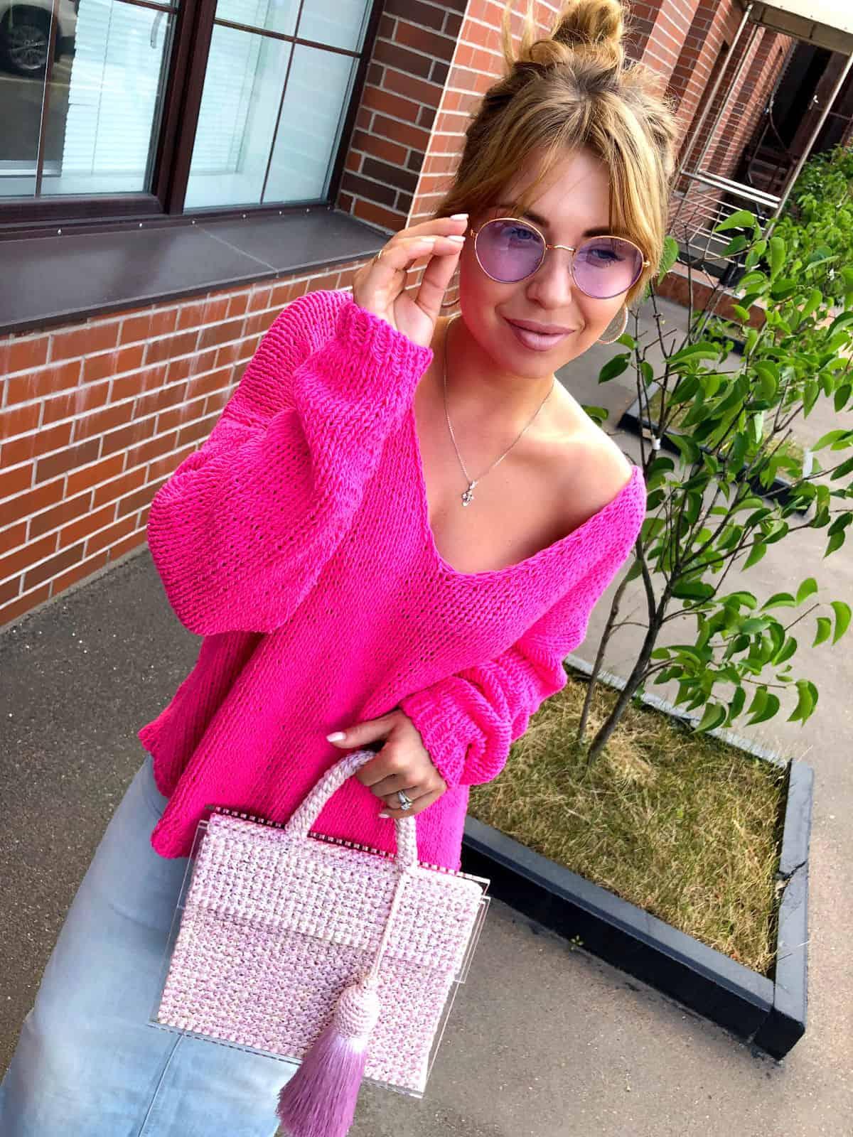 На третьей фотографии женский летний пуловер на одно плечо от Shapar, бренда вязаной одежды ручной работы в интернет-магазине связанных спицами вещей.