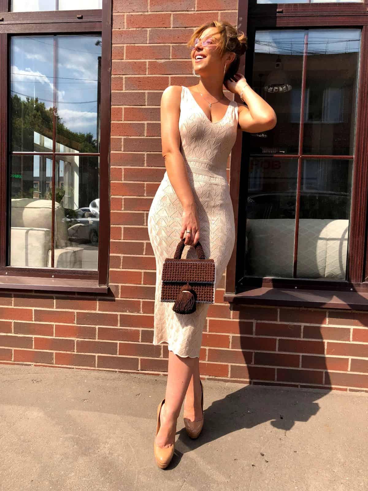 На третьей фотографии вязаное платье молочного цвета с орнаментом от Shapar, бренда женской одежды ручной работы в интернет-магазине связанных спицами вещей.