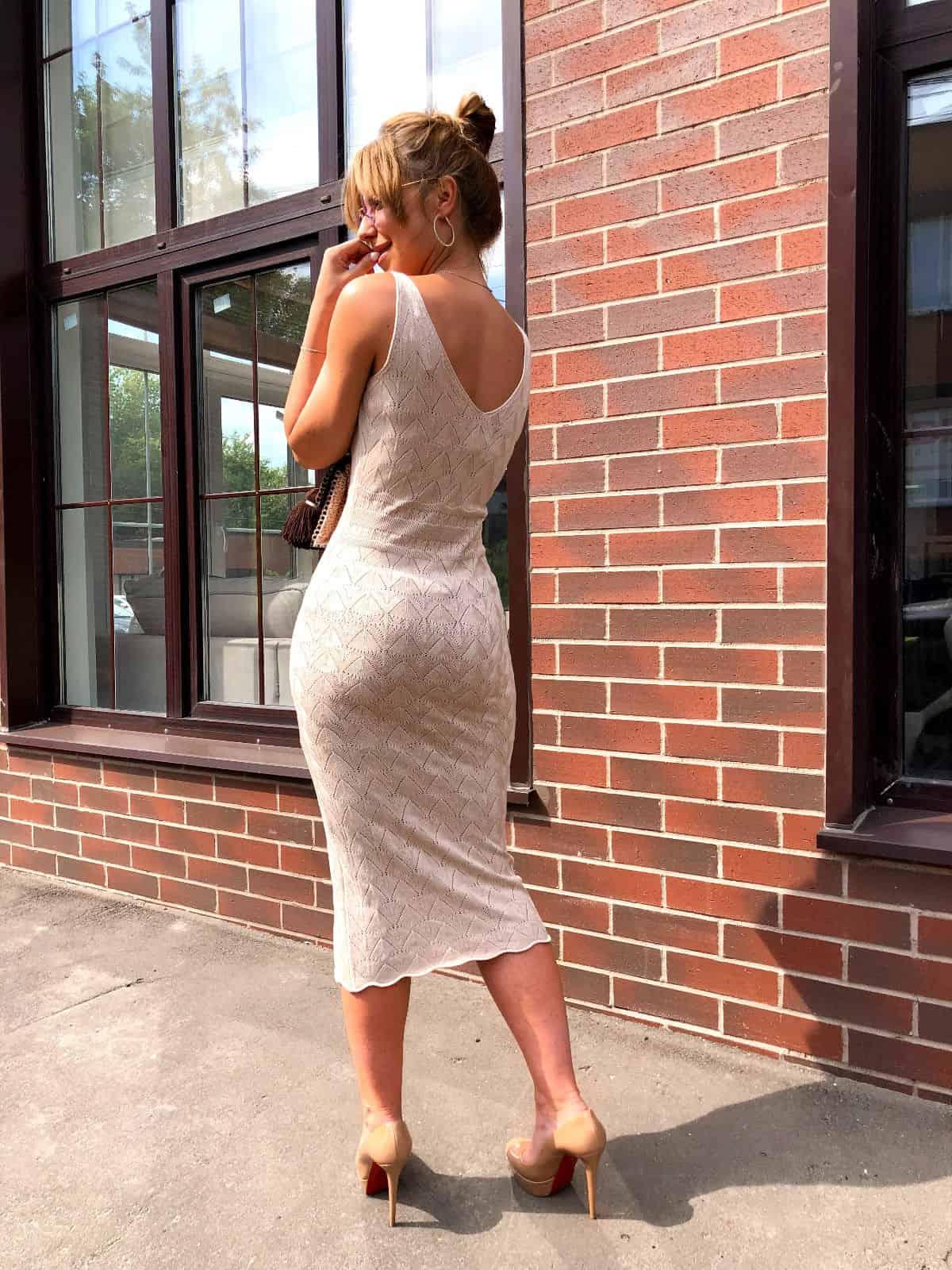 На второй фотографии вязаное платье молочного цвета со спины от Shapar, бренда женской одежды ручной работы в интернет-магазине связанных спицами вещей.