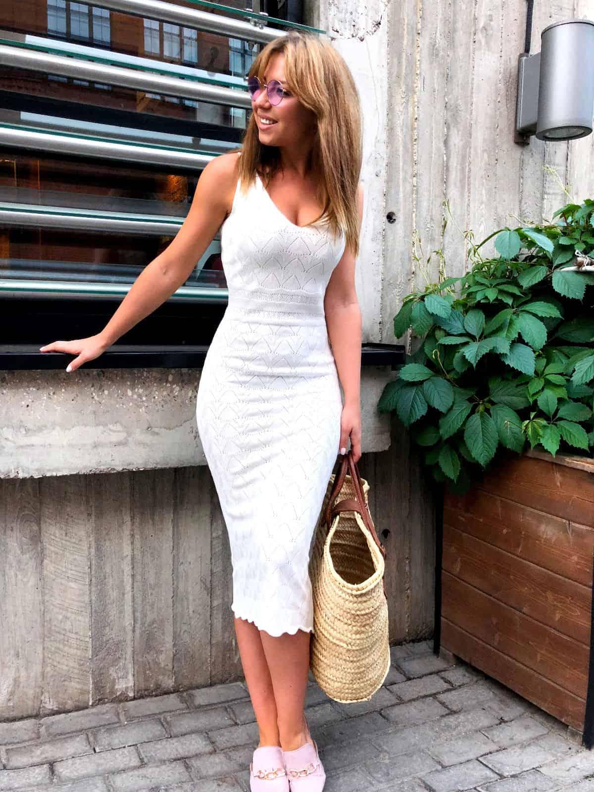 На фотографии вязаное платье на лето от Shapar, бренда женской одежды ручной работы в интернет-магазине связанных спицами вещей.
