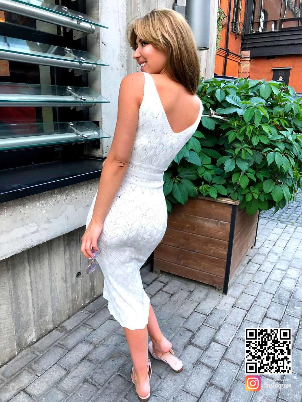 На седьмой фотографии элегантное белое платье на бретельках от Shapar, бренда вязаной одежды ручной работы в интернет-магазине связанных спицами вещей.
