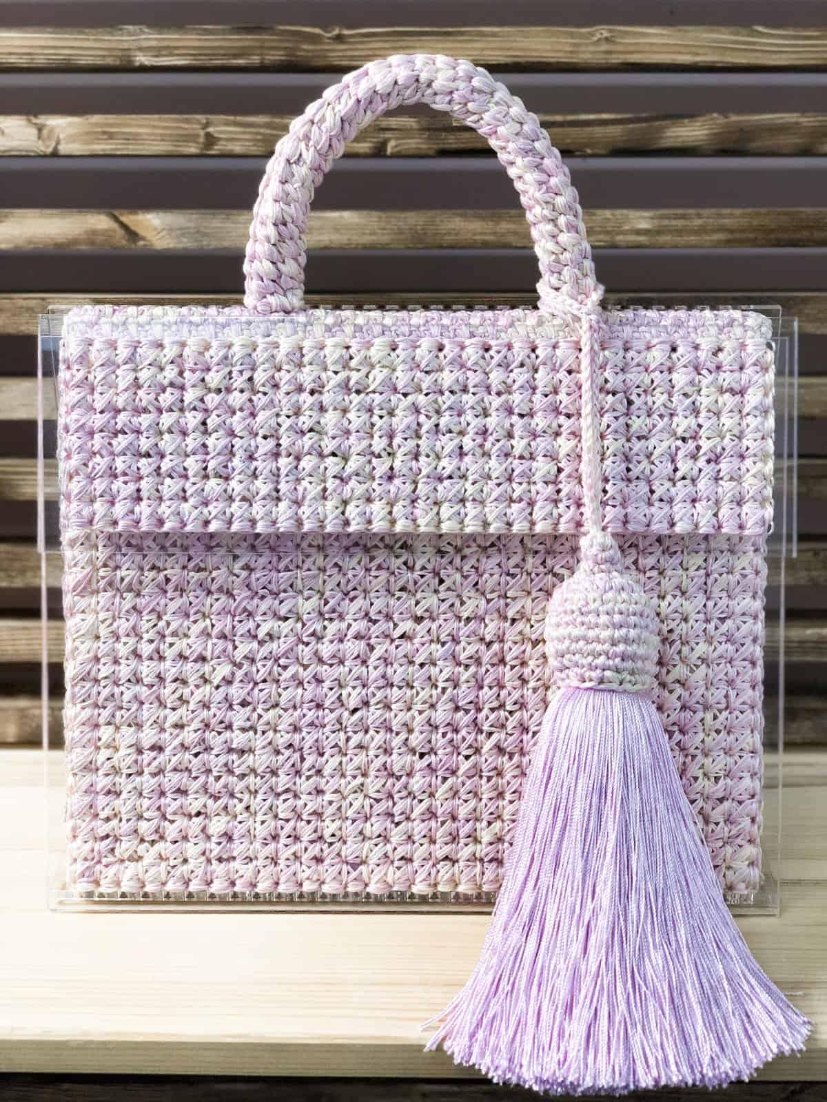На третьей фотографии женская стеклянная сумка с прозрачным дном от Shapar, бренда вязаных аксессуаров и одежды ручной работы в интернет магазине связанных спицами вещей.
