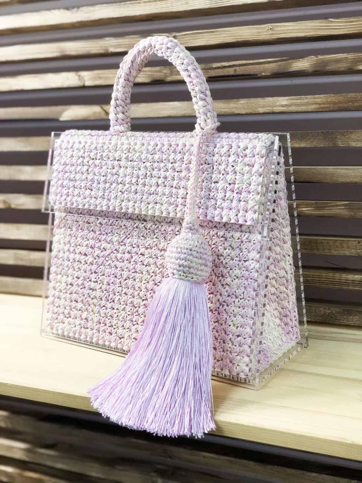 На второй фотографии женская стеклянная сумка от Shapar, бренда вязаных аксессуаров и одежды ручной работы в интернет магазине связанных спицами вещей.