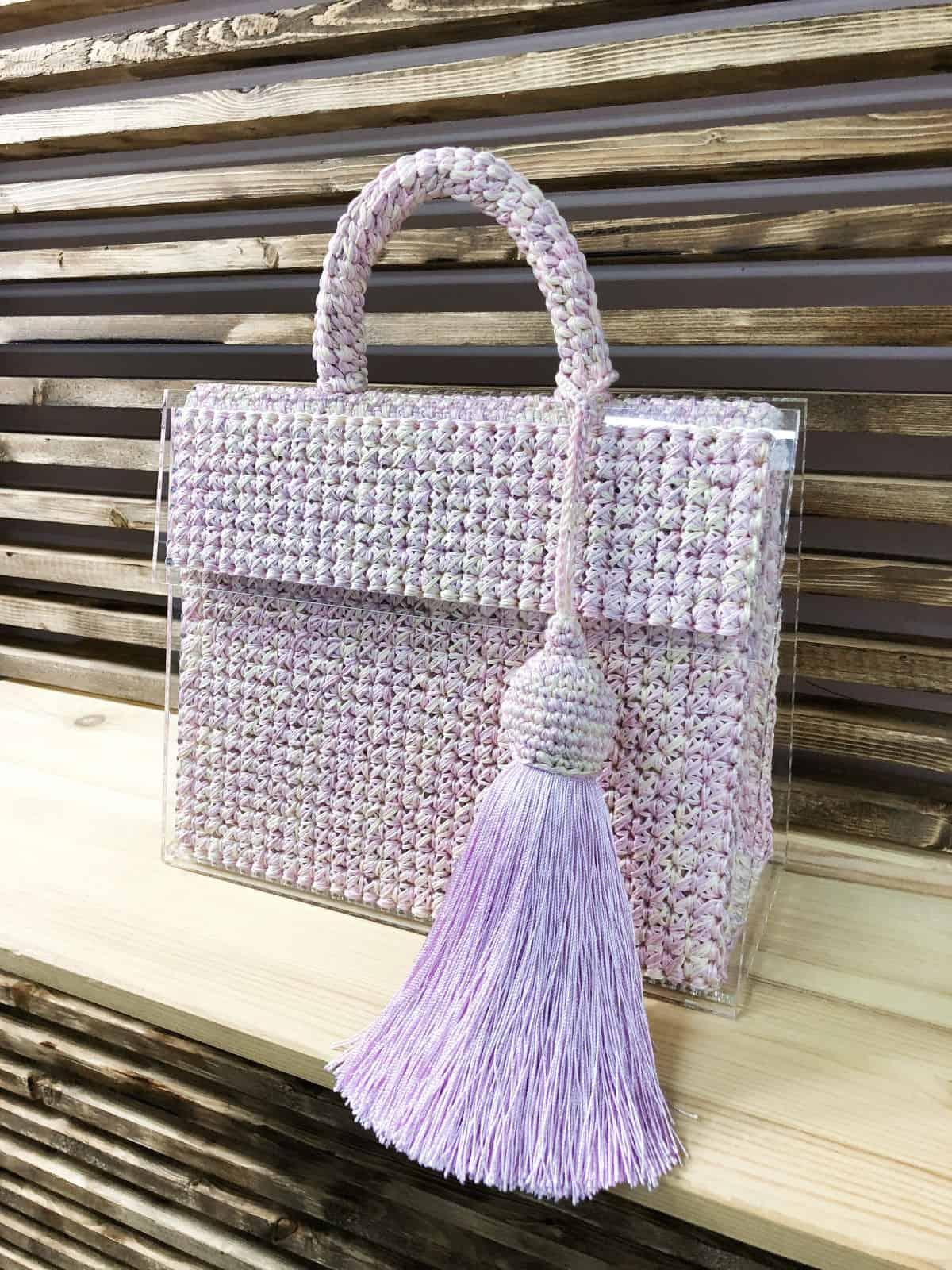 На пятой фотографии меланжевая стеклянная сумка на магнитах от Shapar, бренда вязаных аксессуаров и одежды ручной работы в интернет магазине связанных спицами вещей.