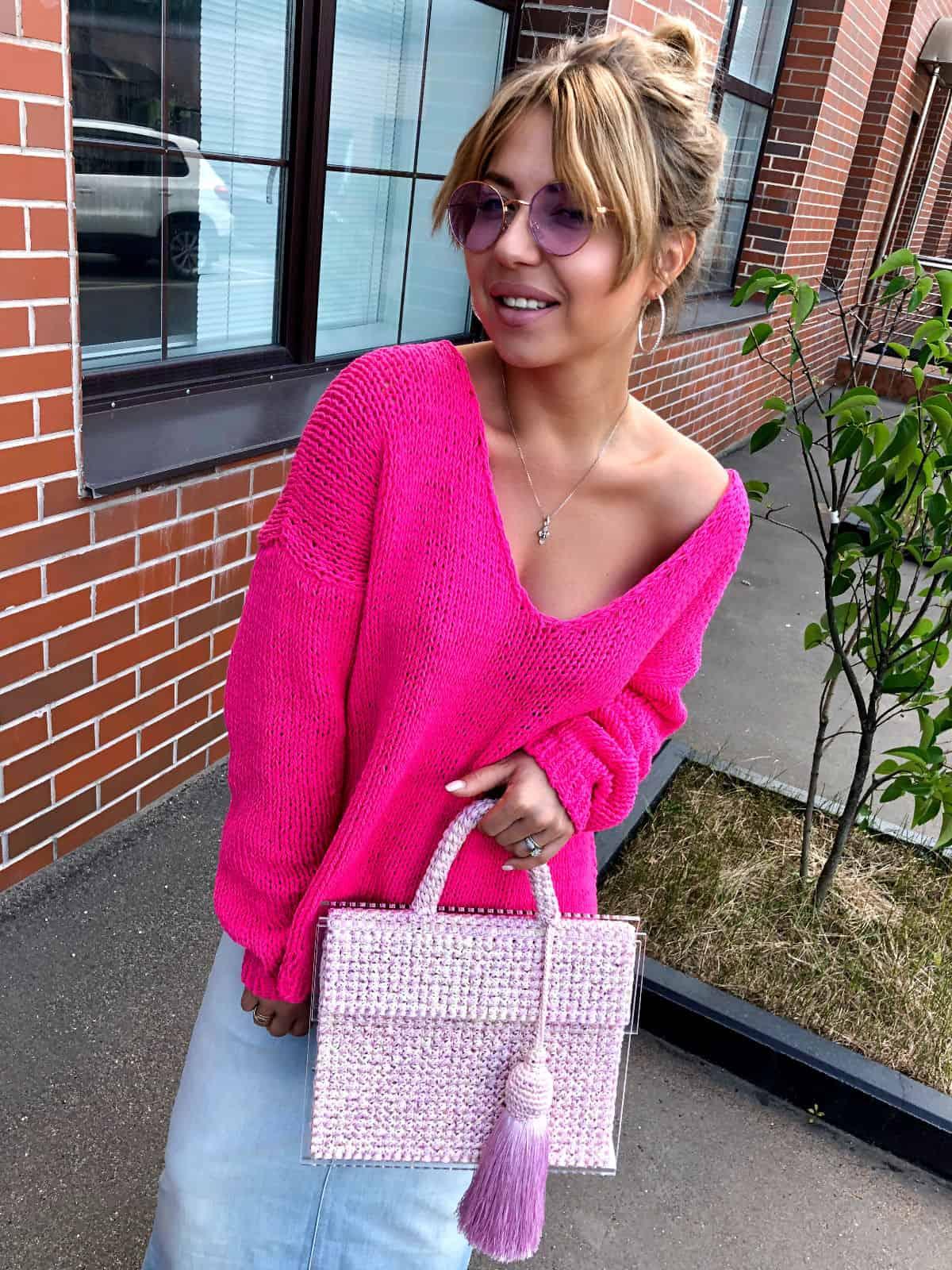 На фотографии женская стеклянная сумка со съемной кистью от Shapar, бренда вязаных аксессуаров и одежды ручной работы в интернет магазине связанных спицами вещей.