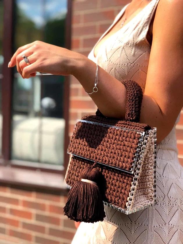 На фотографии коричневая женская сумка от Shapar, бренда вязаных аксессуаров и одежды ручной работы в интернет-магазине связанных спицами вещей.