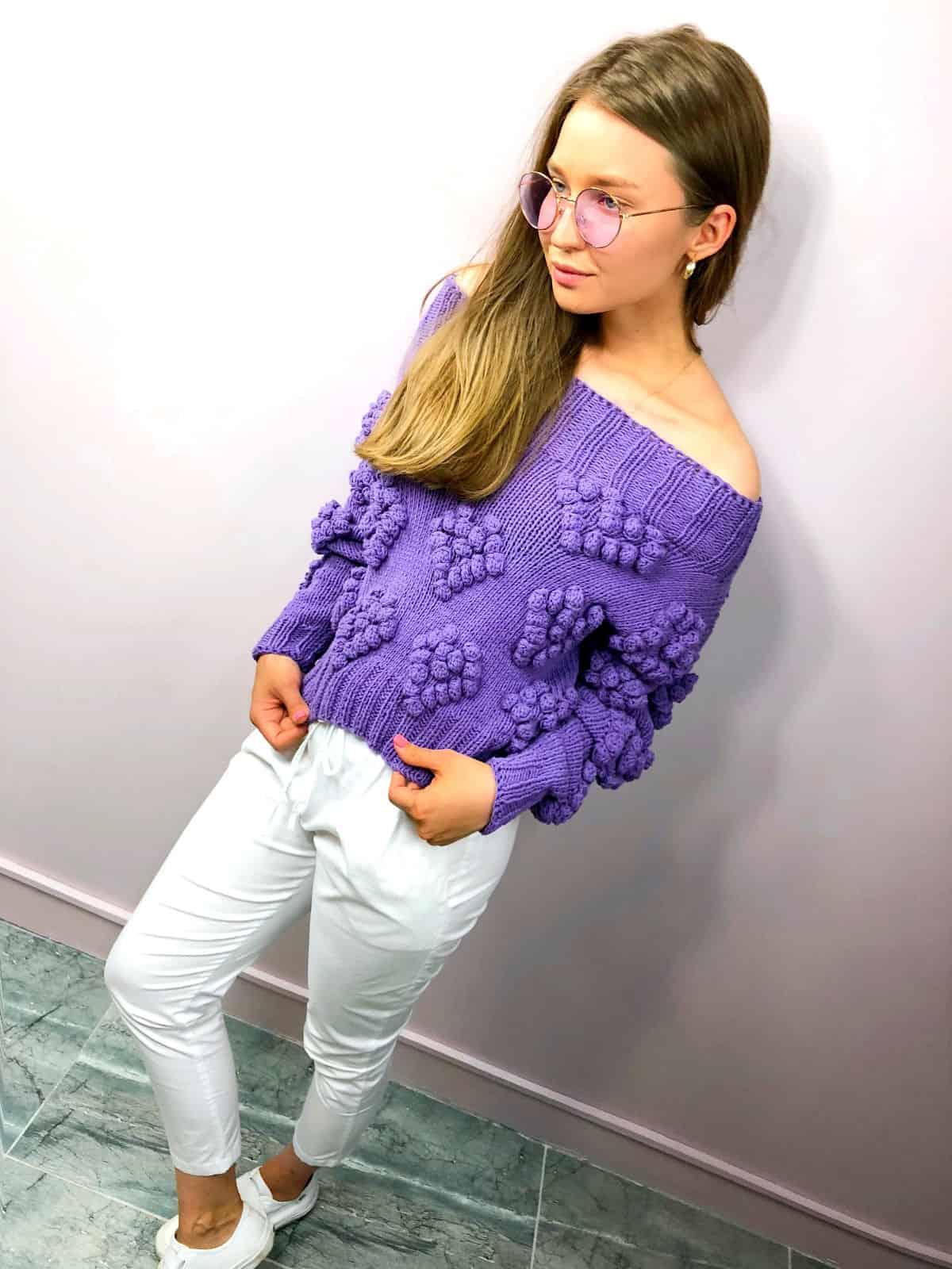 На фотографии женский свитер с сердечками от Shapar, бренда вязаной одежды ручной работы в интернет-магазине связанных спицами вещей.