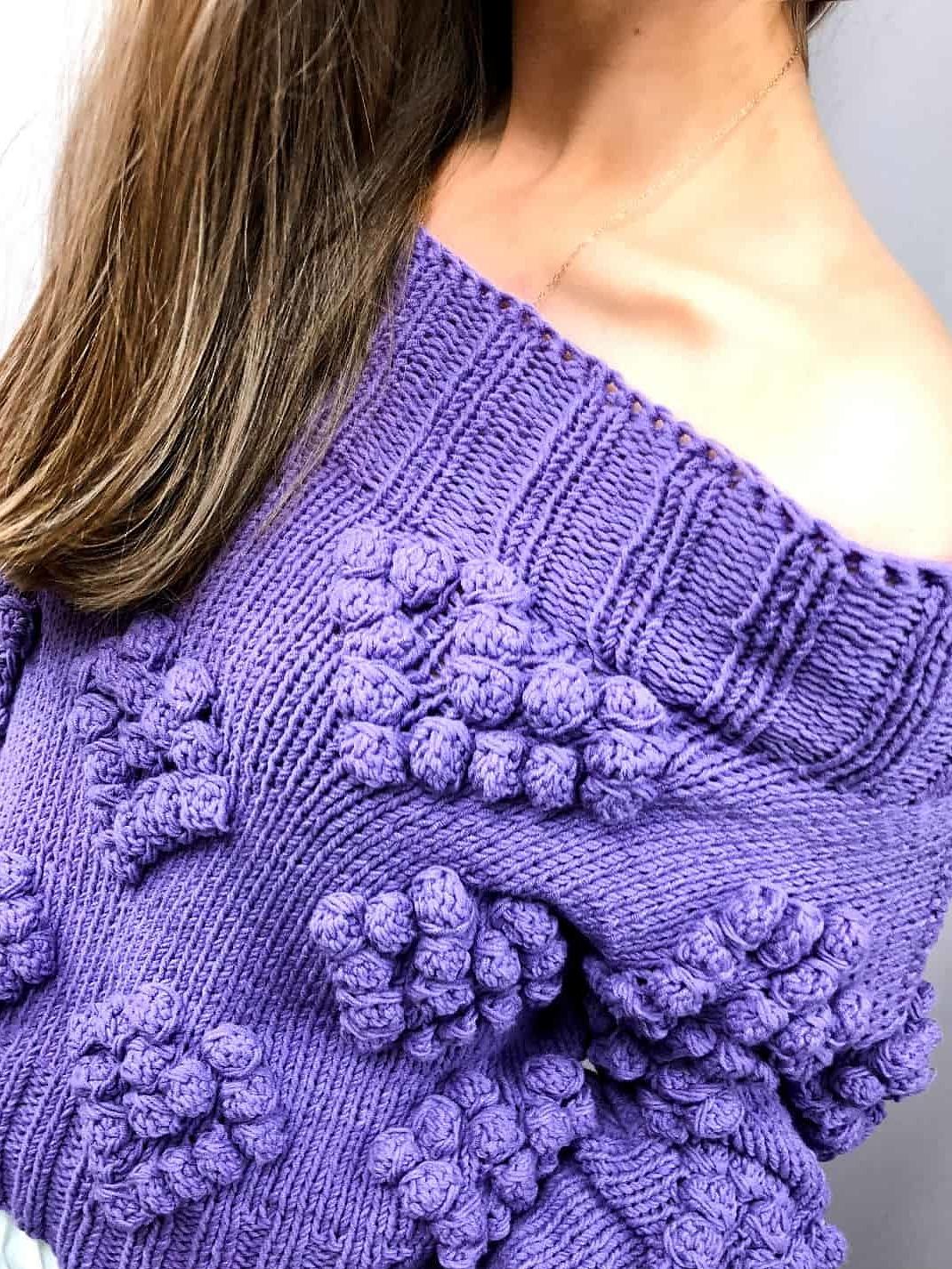 На четвертой фотографии женский свитер с сердечками сиреневого цвета от Shapar, бренда вязаной одежды ручной работы в интернет-магазине связанных спицами вещей.