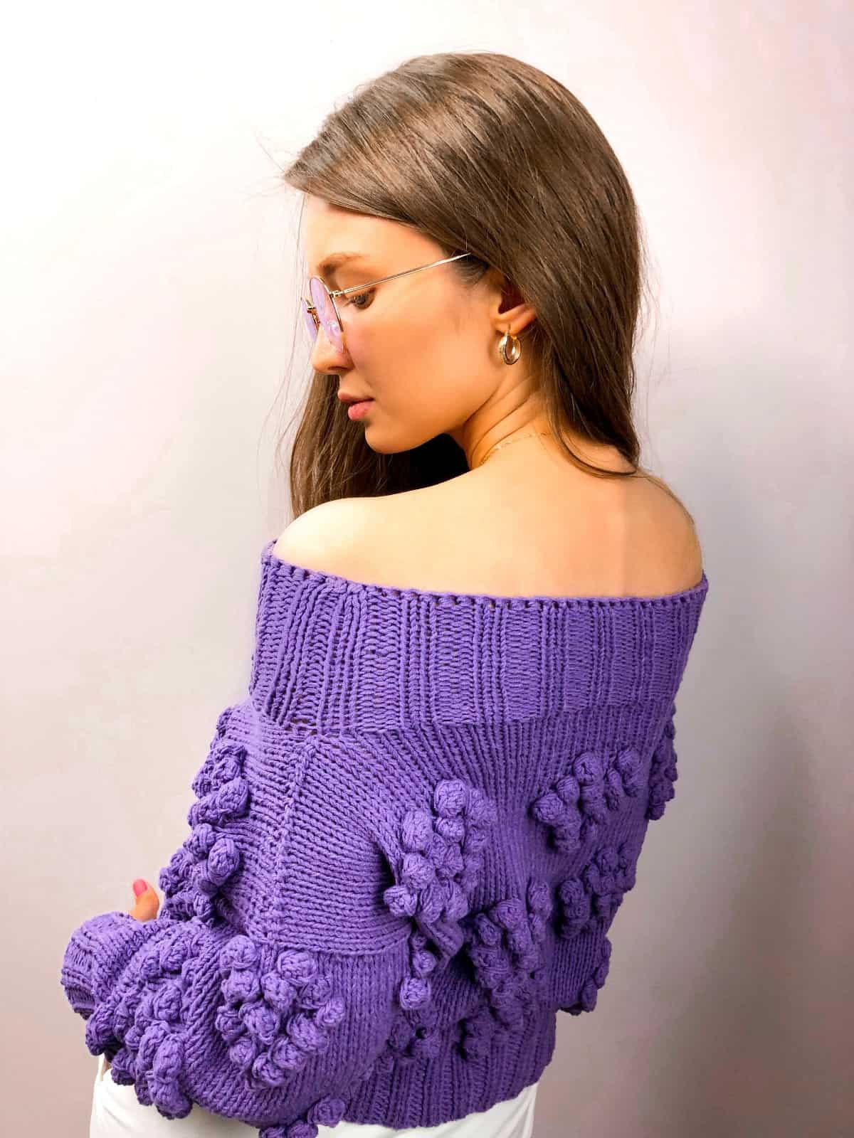 На второй фотографии женский свитер с сердечками со спины от Shapar, бренда вязаной одежды ручной работы в интернет-магазине связанных спицами вещей.