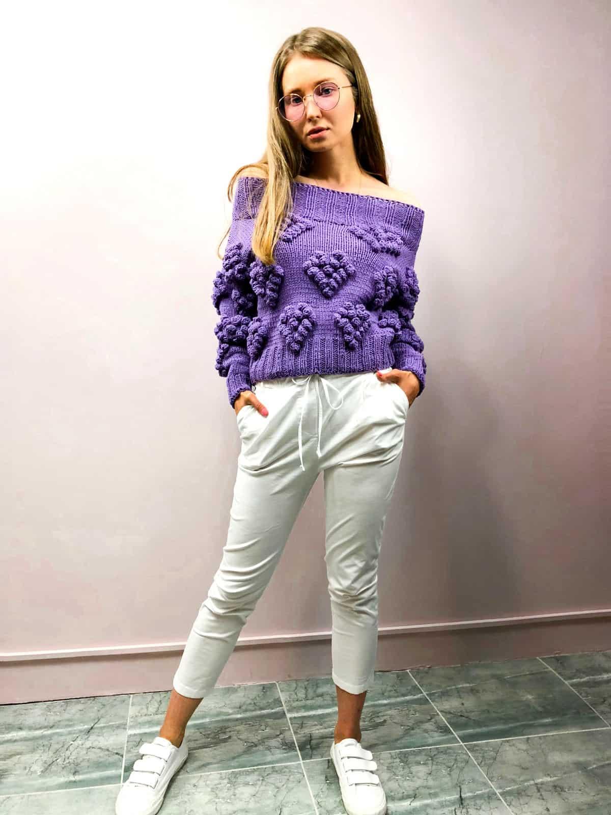 На третьей фотографии женский свитер с сердечками на одно плечо от Shapar, бренда вязаной одежды ручной работы в интернет-магазине связанных спицами вещей.