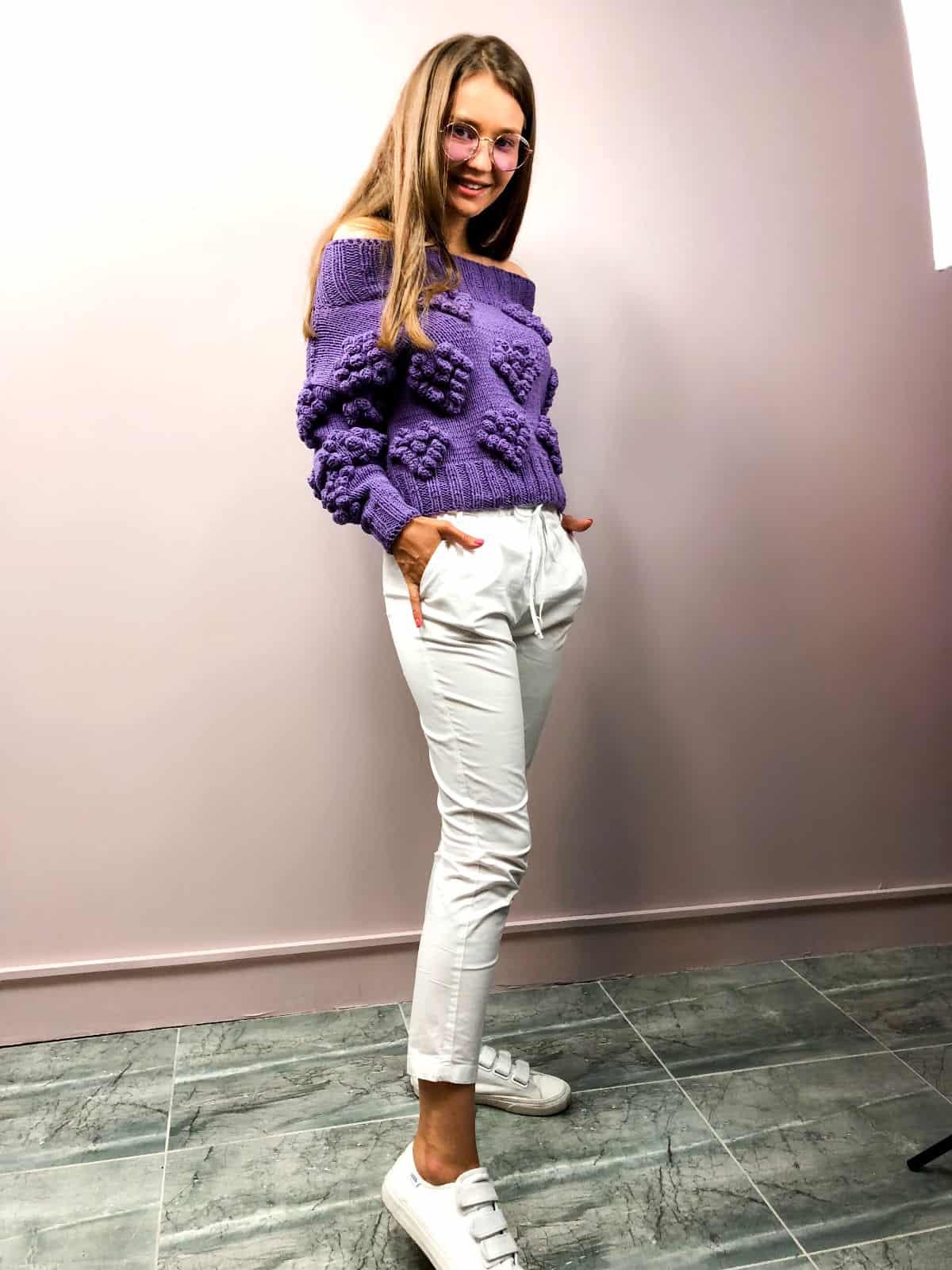 На пятой фотографии женский свитер с сердечками с открытыми плечами от Shapar, бренда вязаной одежды ручной работы в интернет-магазине связанных спицами вещей.
