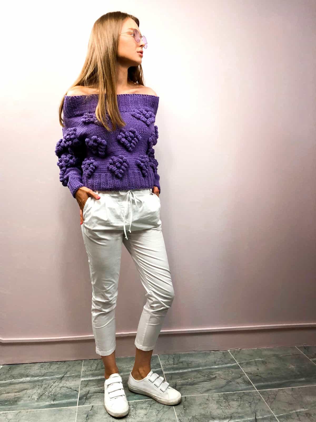На шестой фотографии элегантный свитер с сердечками для романтичных девушек от Shapar, бренда вязаной одежды ручной работы в интернет-магазине связанных спицами вещей.