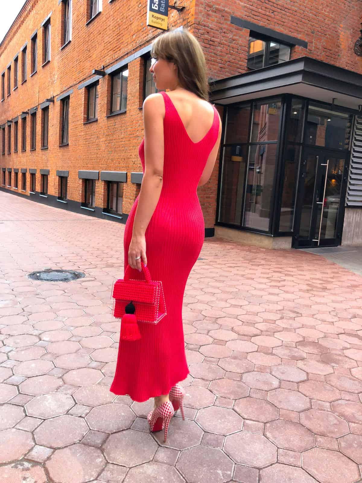 На второй фотографии вязаное алое платье с открытой спиной от Shapar, бренда женской одежды ручной работы в интернет-магазине связанных спицами вещей.