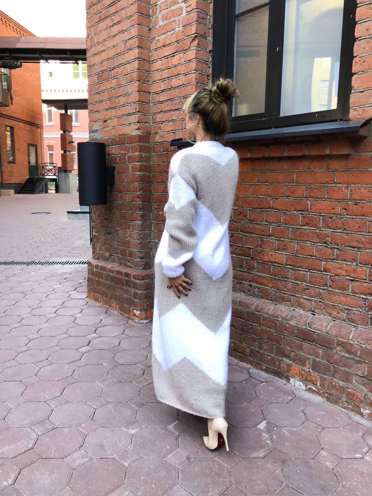 На четвертой фотографии модный двухцветный кардиган для девушек и женщин от Shapar, бренда вязаной одежды ручной работы в интернет-магазине связанных спицами вещей.