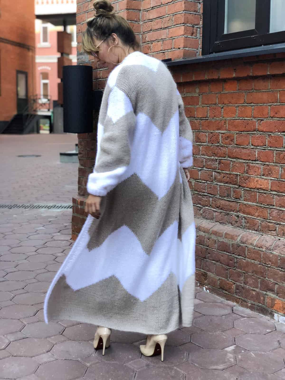 На второй фотографии женский двухцветный кардиган с узором на спине от Shapar, бренда вязаной одежды ручной работы в интернет-магазине связанных спицами вещей.