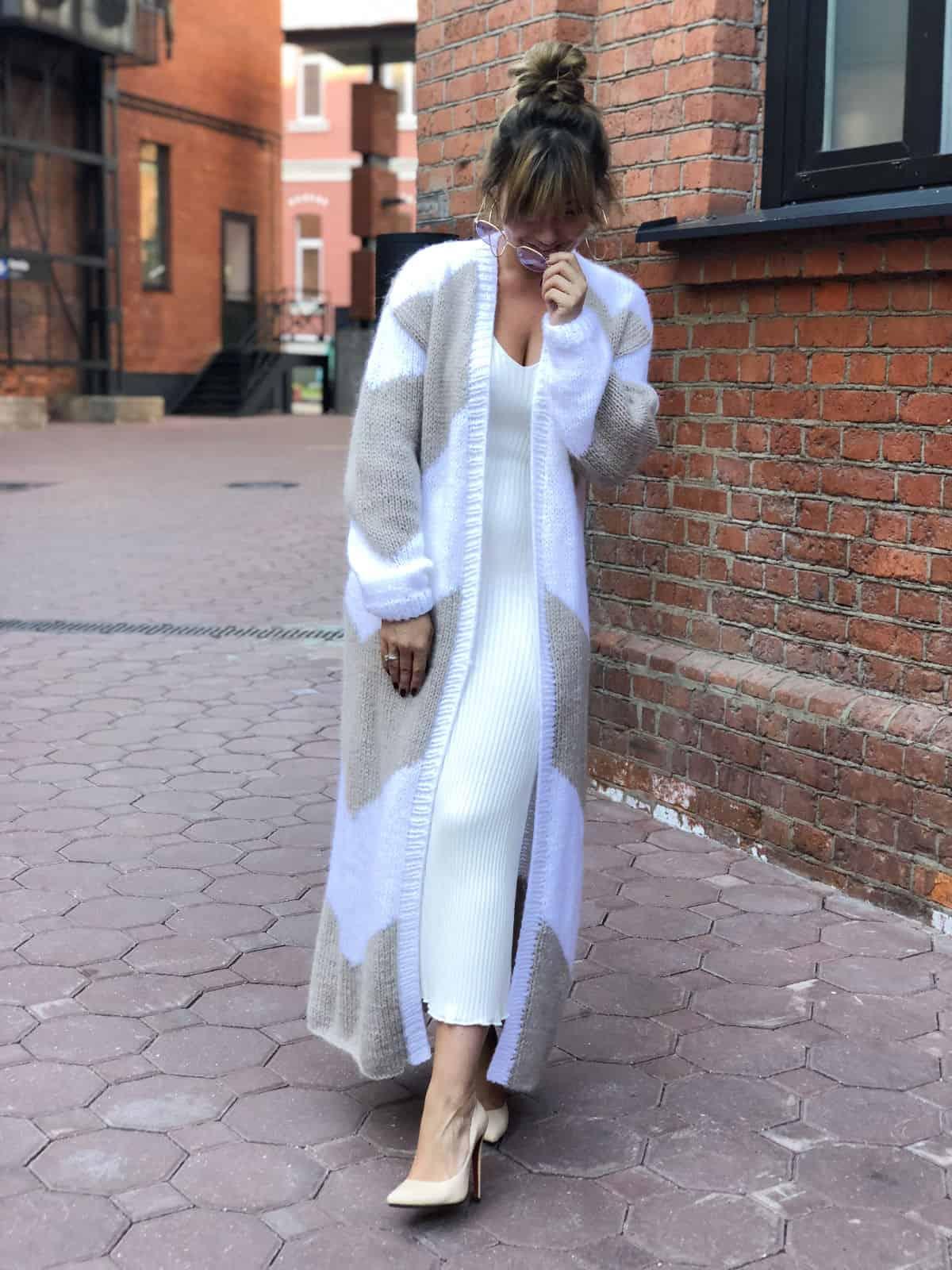 На третьей фотографии длинный двухцветный кардиган с орнаментом от Shapar, бренда женской вязаной одежды ручной работы в интернет-магазине связанных спицами вещей.