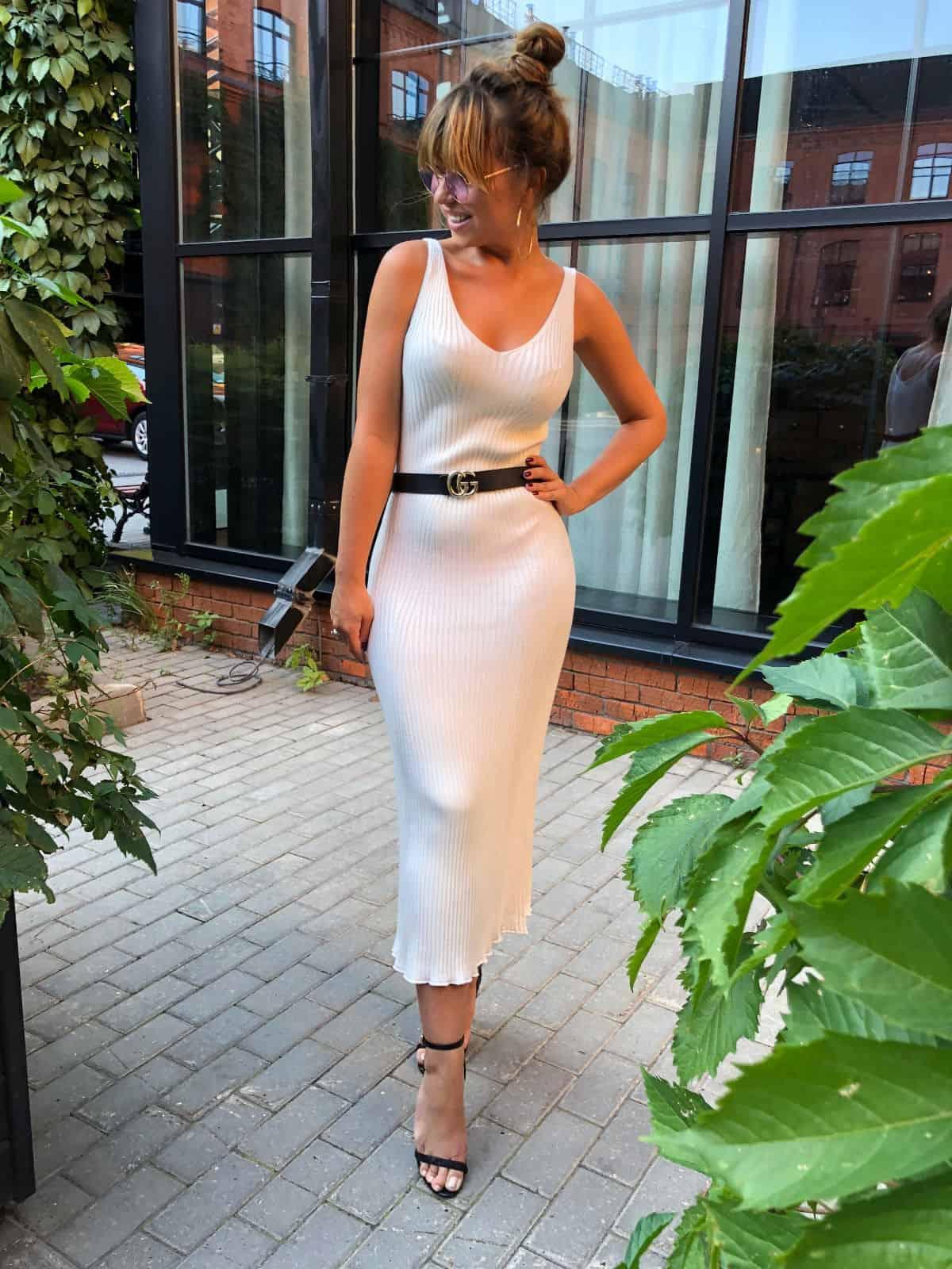 На четвертой фотографии вязаное элегантное летнее платье без рукавов от Shapar, бренда женской одежды ручной работы в интернет-магазине связанных спицами вещей.