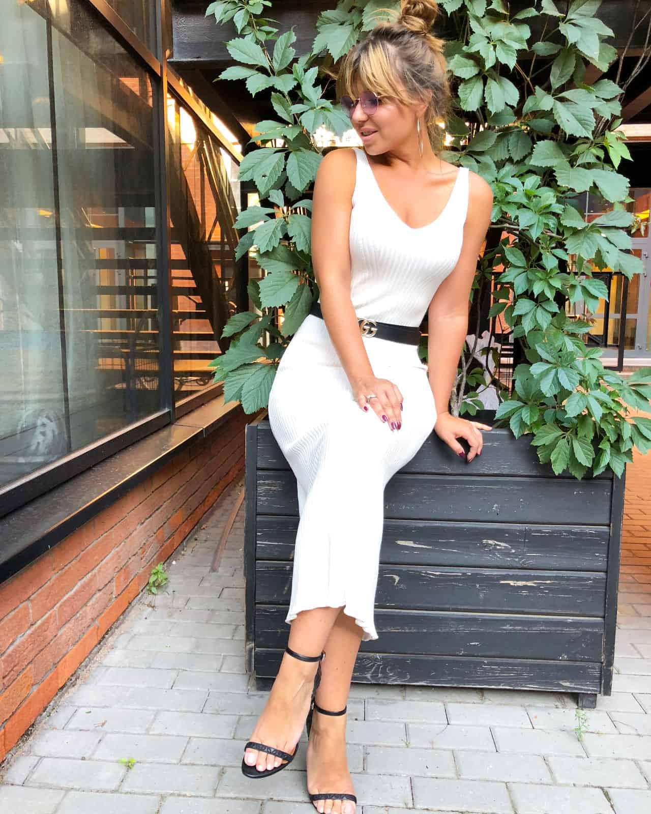 На фотографии вязаное элегантное летнее платье от Shapar, бренда женской одежды ручной работы в интернет-магазине связанных спицами вещей.