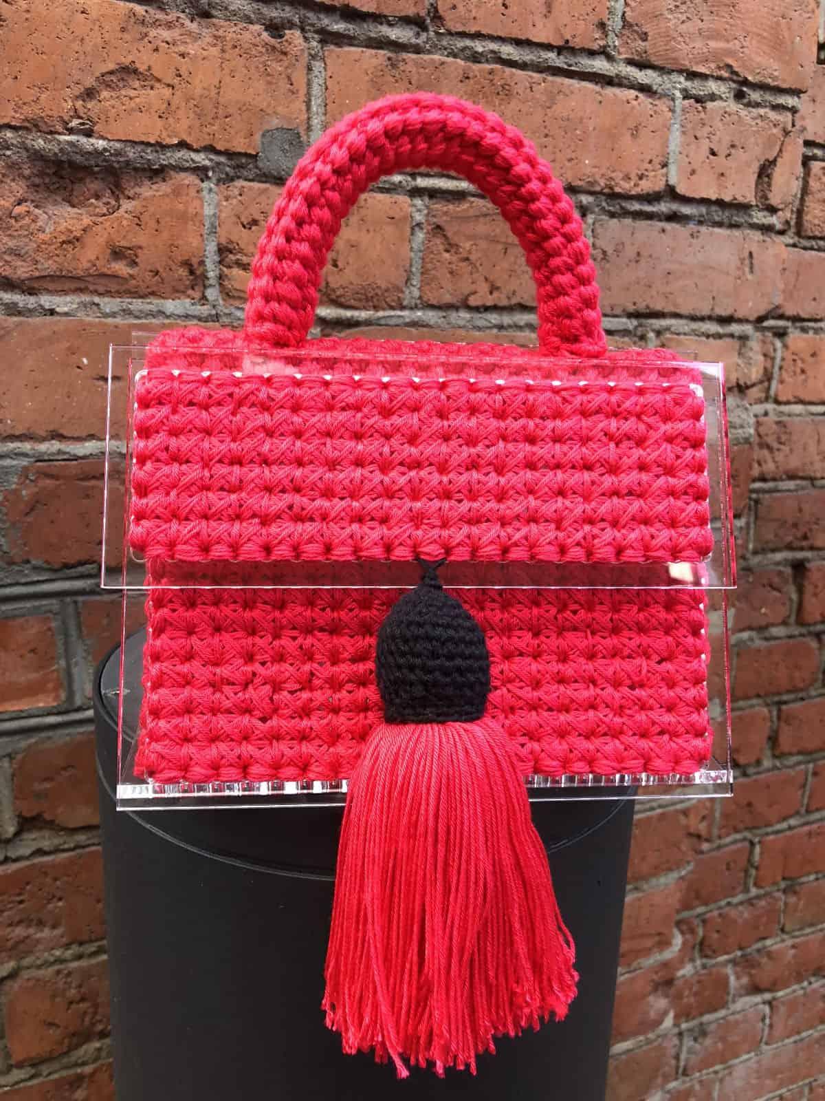На шестой фотографии маленькая красная сумка для искушенных модниц от Shapar, бренда вязаных вещей и аксессуаров ручной работы в интернет-магазине связанной спицами одежды.