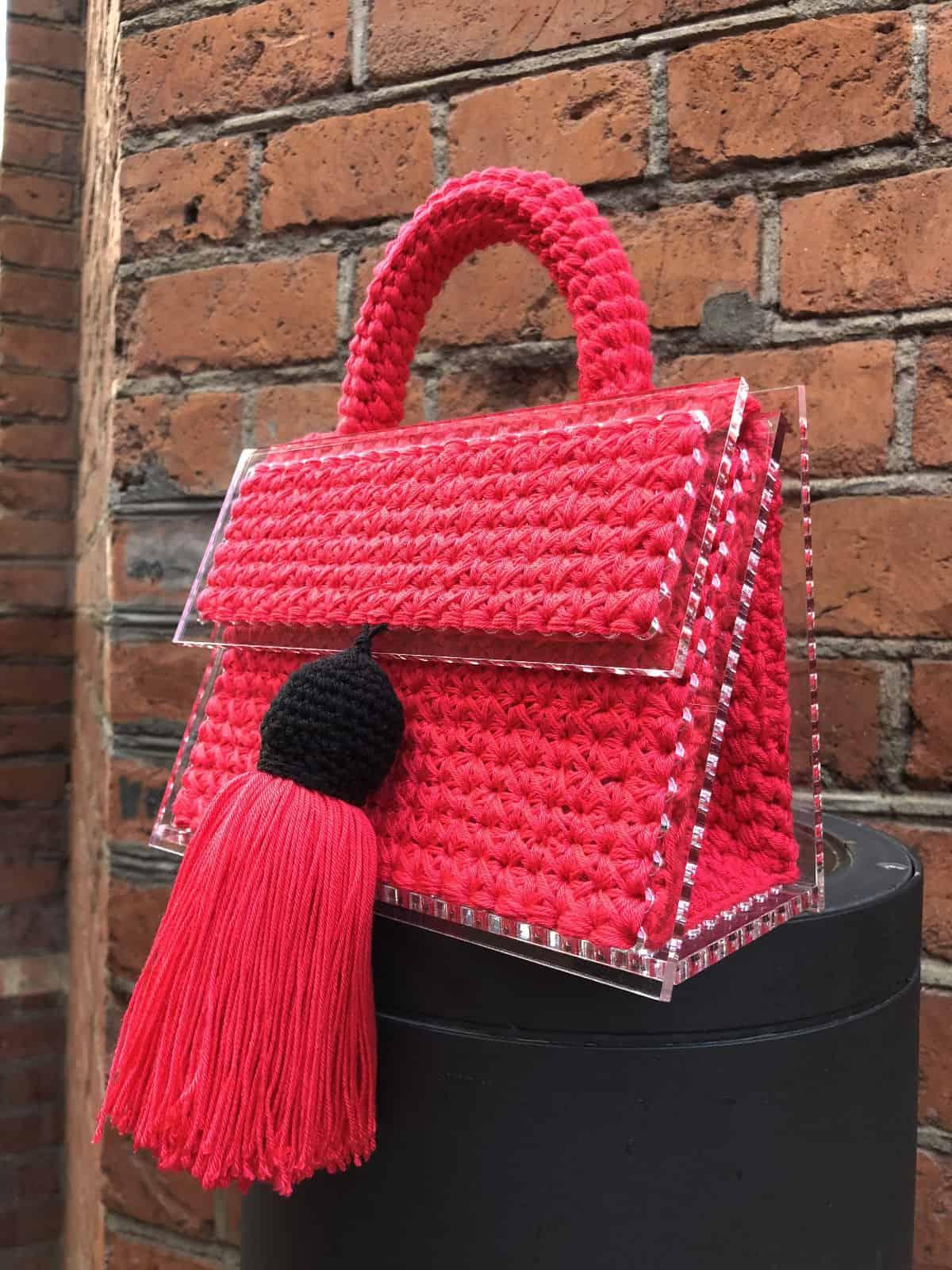 На второй фотографии маленькая красная сумка женская от Shapar, бренда вязаных вещей и аксессуаров ручной работы в интернет-магазине связанной спицами одежды.