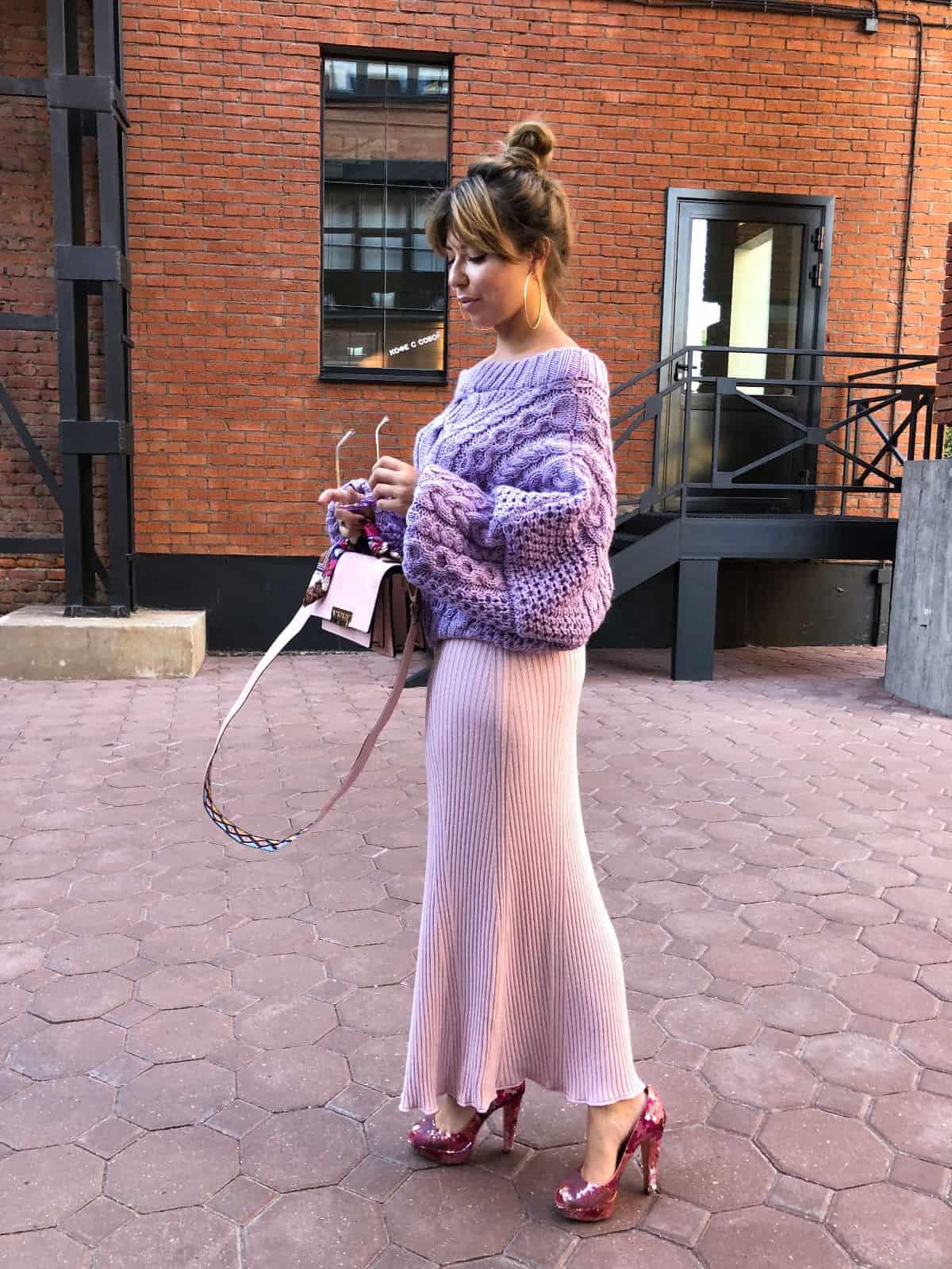 На четвертой фотографии женский лавандовый свитер ажурной вязки от Shapar, бренда вязаной одежды ручной работы в интернет-магазине связанных спицами вещей.