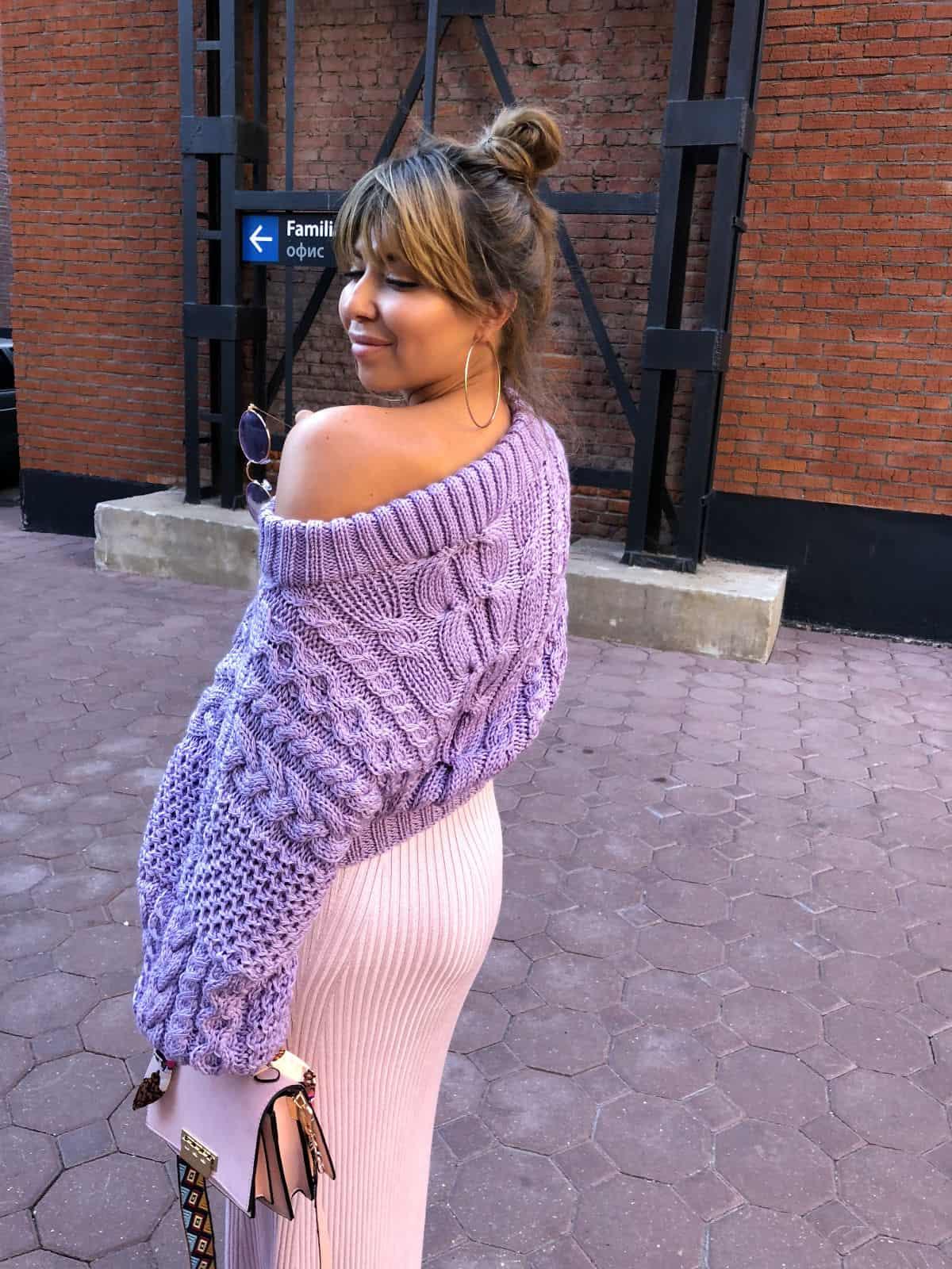 На девятой фотографии элегантный женский свитер лавандового цвета от Shapar, бренда вязаной одежды ручной работы в интернет-магазине связанных спицами вещей.