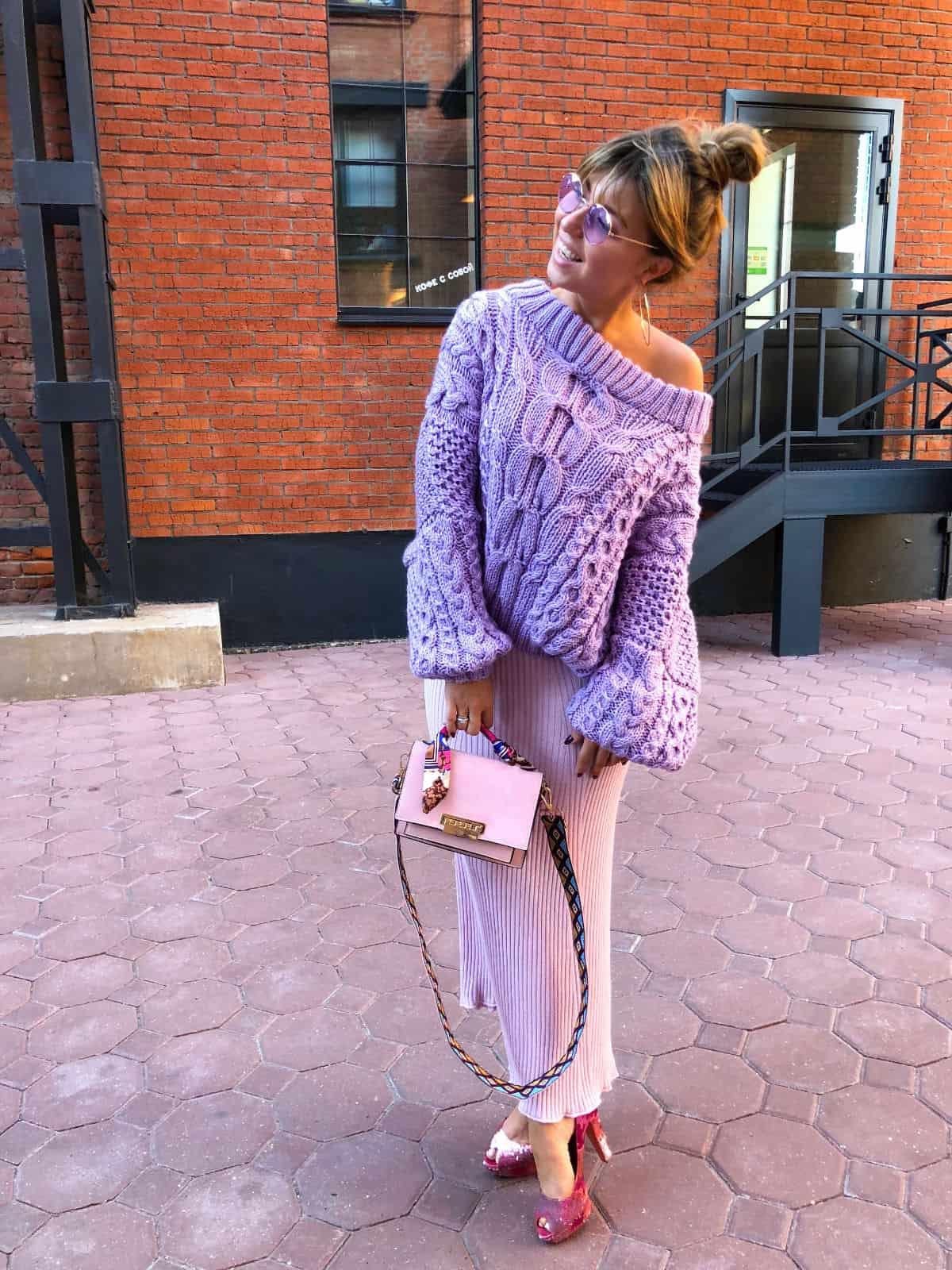 На восьмой фотографии женский лавандовый свитер со спущенным плечом от Shapar, бренда вязаной одежды ручной работы в интернет-магазине связанных спицами вещей.