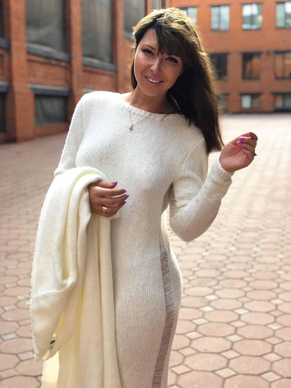На фотографии стильное платье и кардиган комплект от Shapar, бренда женской вязаной одежды ручной работы в интернет-магазине связанных спицами вещей.