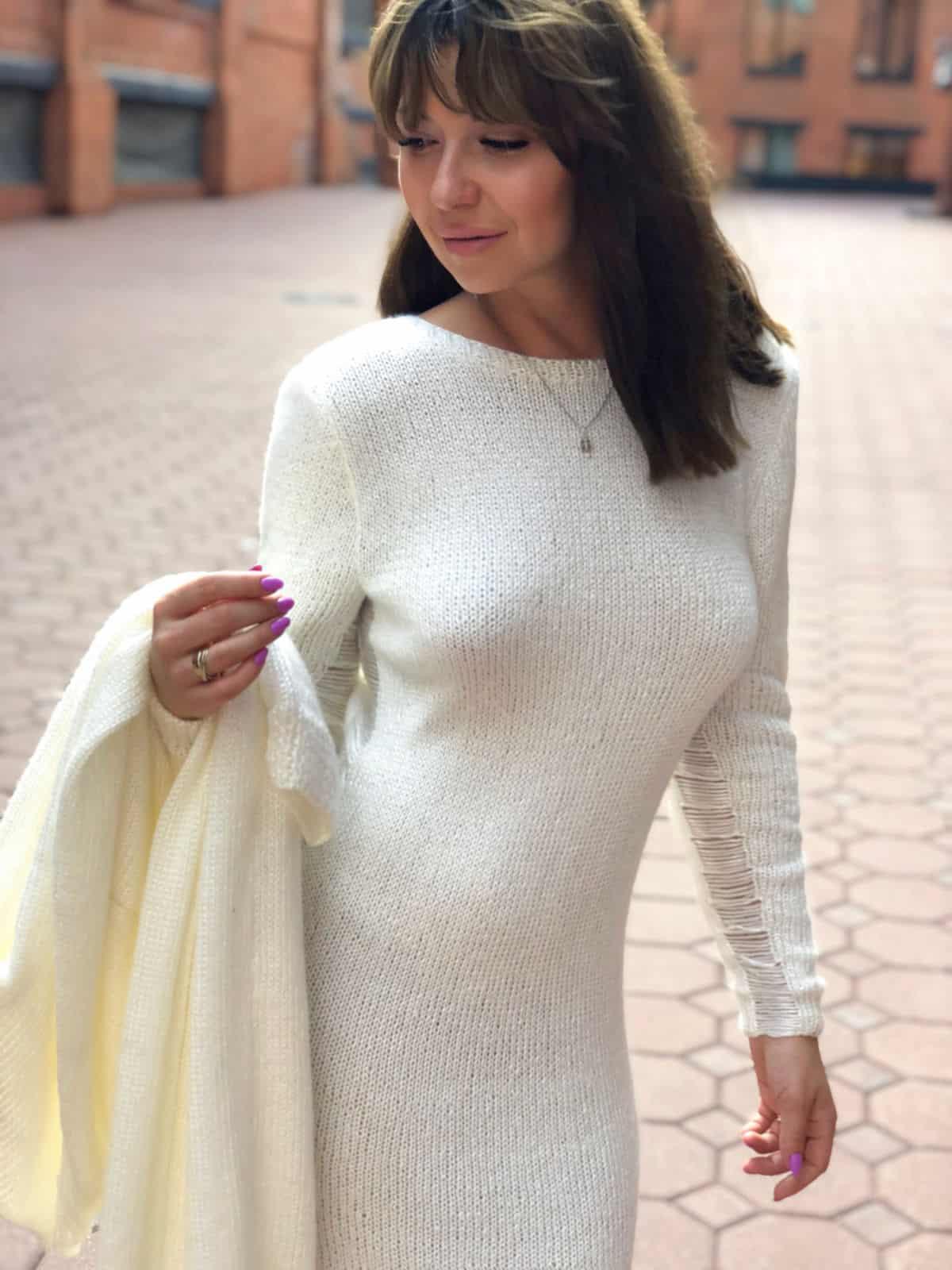 На четвертой фотографии женское платье и кардиган комплект белого цвета от Shapar, бренда вязаной одежды ручной работы в интернет-магазине связанных спицами вещей.