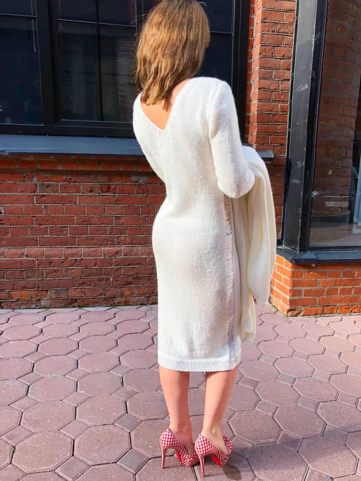 На пятой фотографии красивое белое платье и кардиган комплект от Shapar, бренда женской вязаной одежды ручной работы в интернет-магазине связанных спицами вещей.