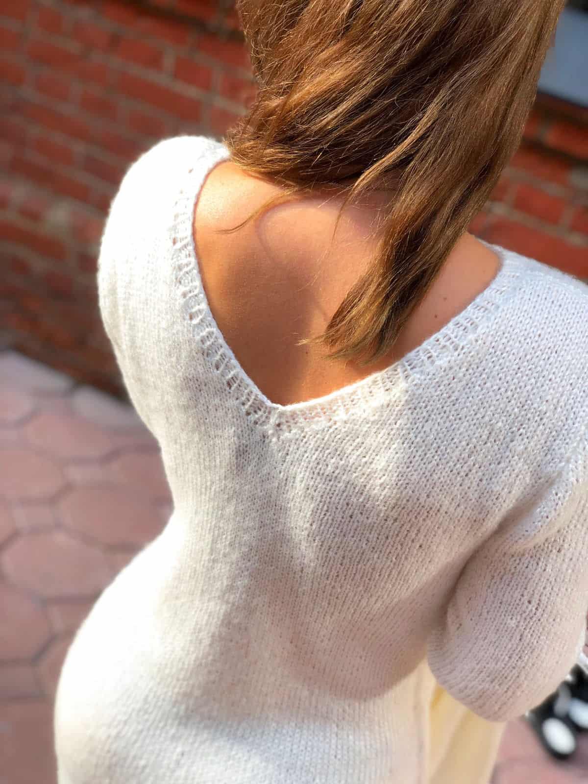 На третьей фотографии женское платье и кардиган комплект с V вырезом на спине от Shapar, бренда вязаной одежды ручной работы в интернет-магазине связанных спицами вещей.