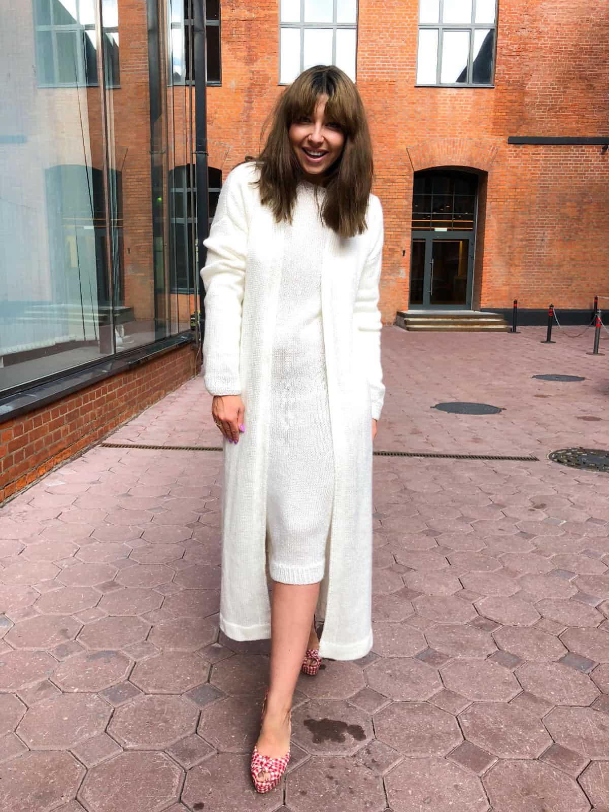 На второй фотографии женское платье и кардиган комплект от Shapar, бренда вязаной одежды ручной работы в интернет-магазине связанных спицами вещей.