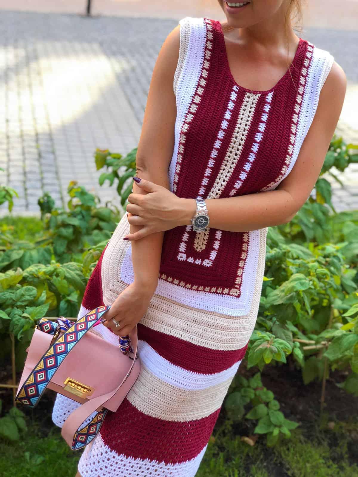 На пятой фотографии модное красивое платье крючком для девушек и женщин от Shapar, бренда вязаной одежды ручной работы в интернет-магазине связанных спицами вещей.