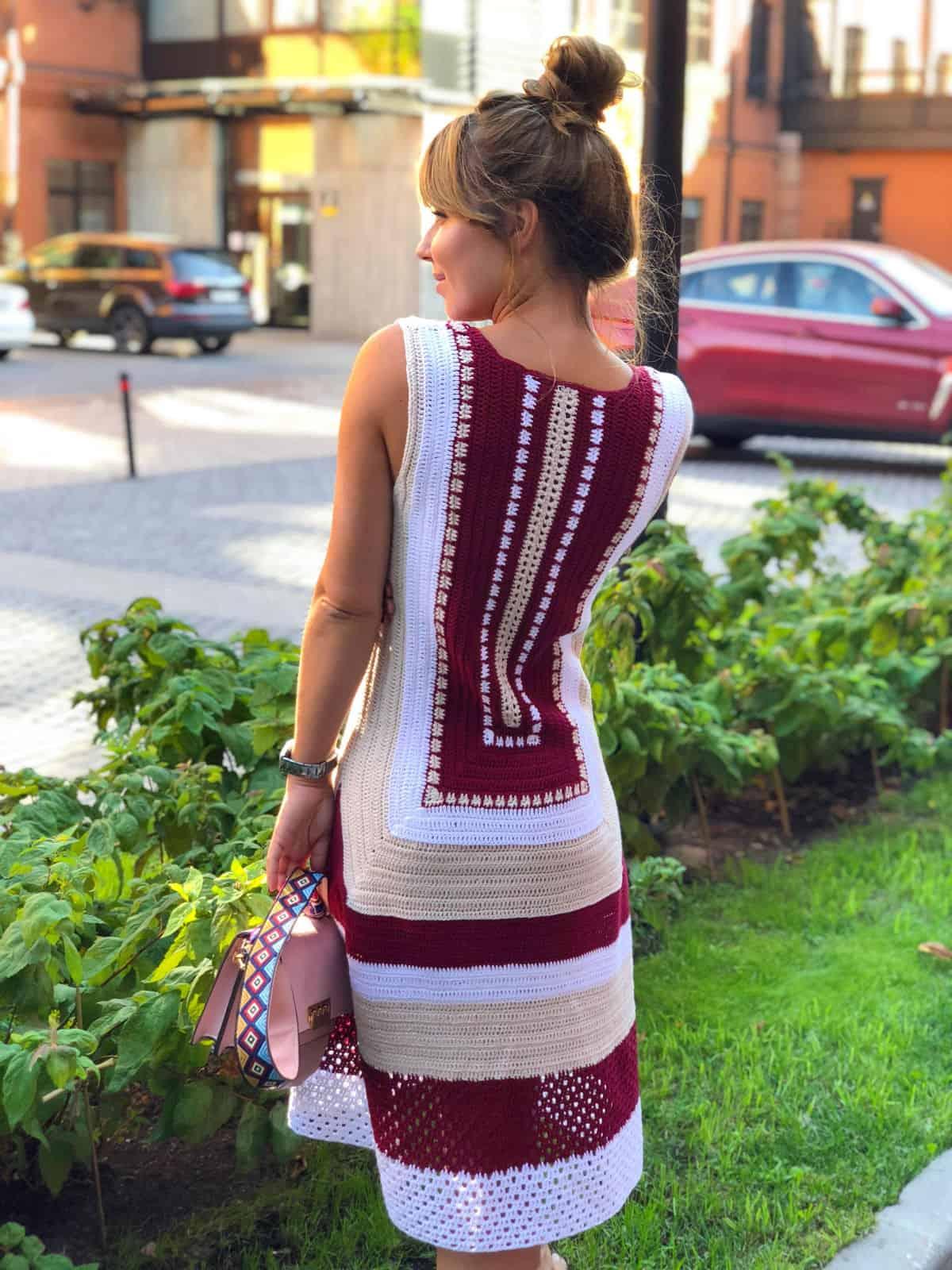 На второй фотографии красивое платье крючком с узором на спине от Shapar, бренда вязаной одежды ручной работы в интернет-магазине связанных спицами вещей.