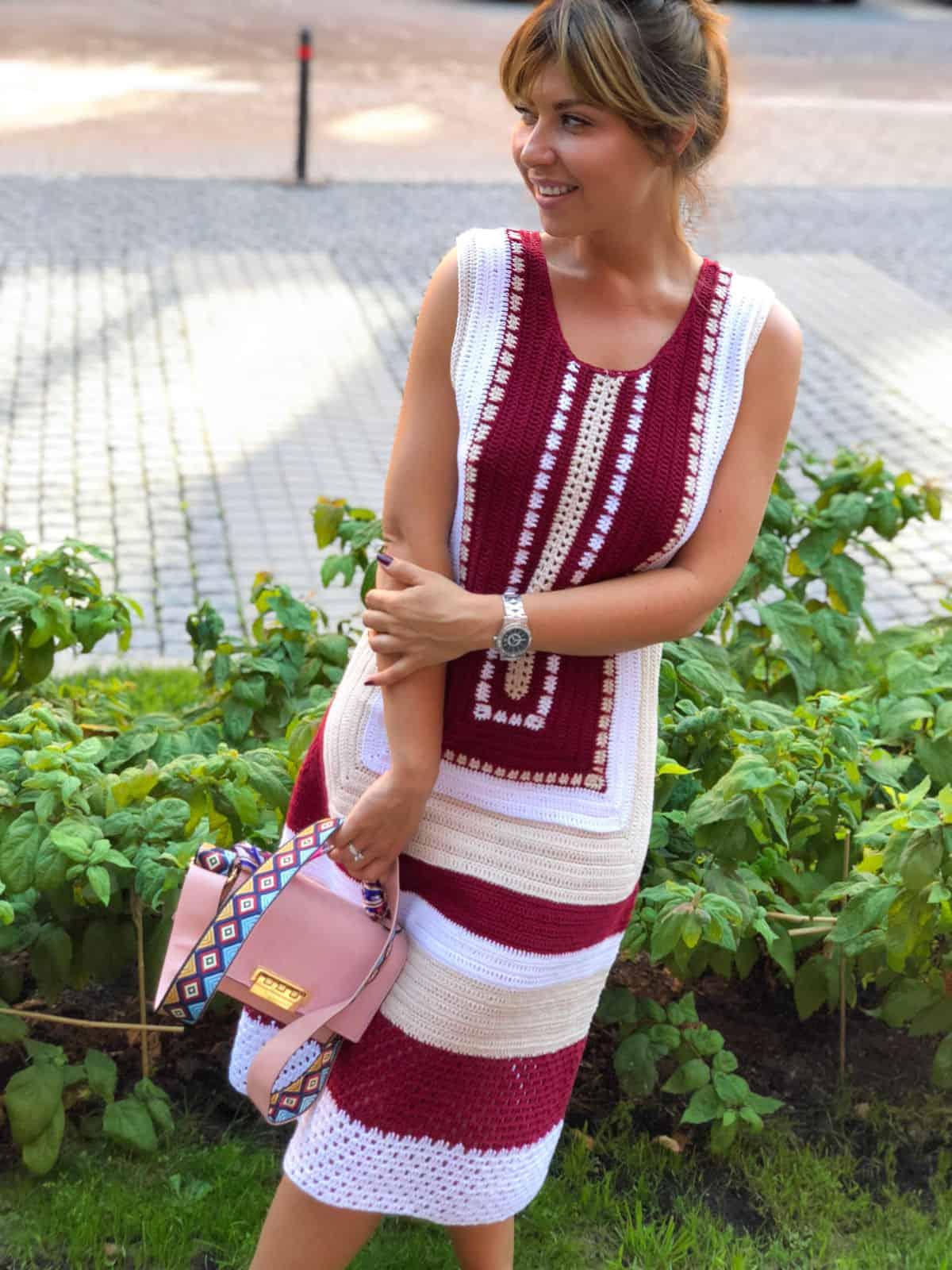На фотографии красивое платье крючком без рукавов от Shapar, бренда вязаной одежды ручной работы в интернет-магазине связанных спицами вещей.