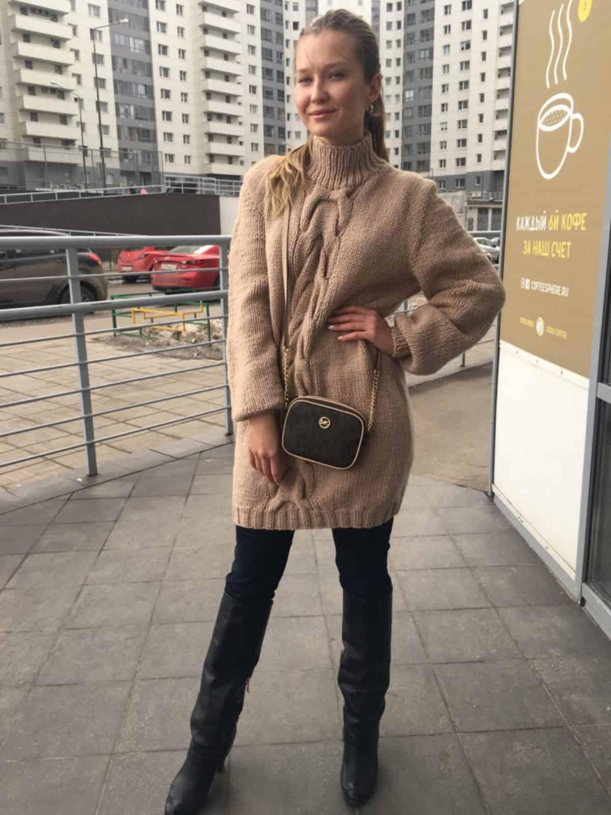 На третьей фотографии удлиненный свитер женский с косой от Shapar, бренда вязаной одежды ручной работы в интернет-магазине связанных спицами вещей.