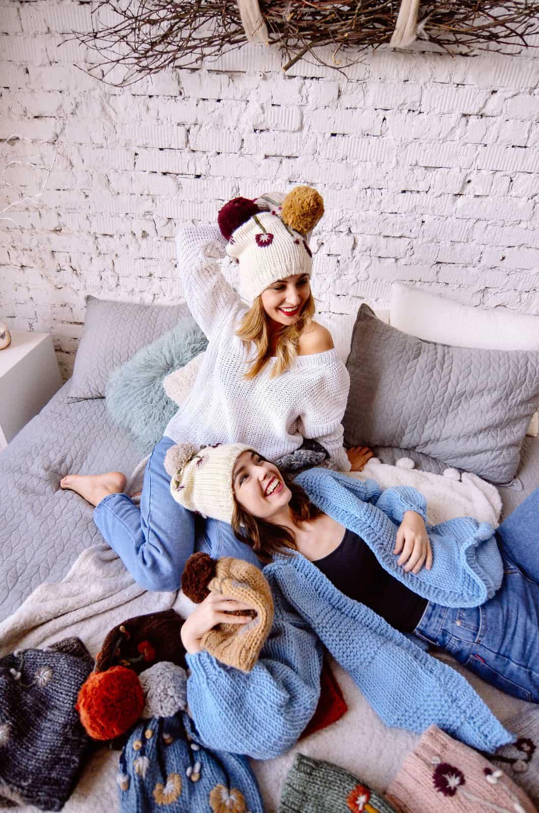 На четвертой фотографии стильный пуловер спицами белого цвета для девушек и женщин от Shapar, бренда вязаной одежды ручной работы в интернет-магазине связанных спицами вещей.