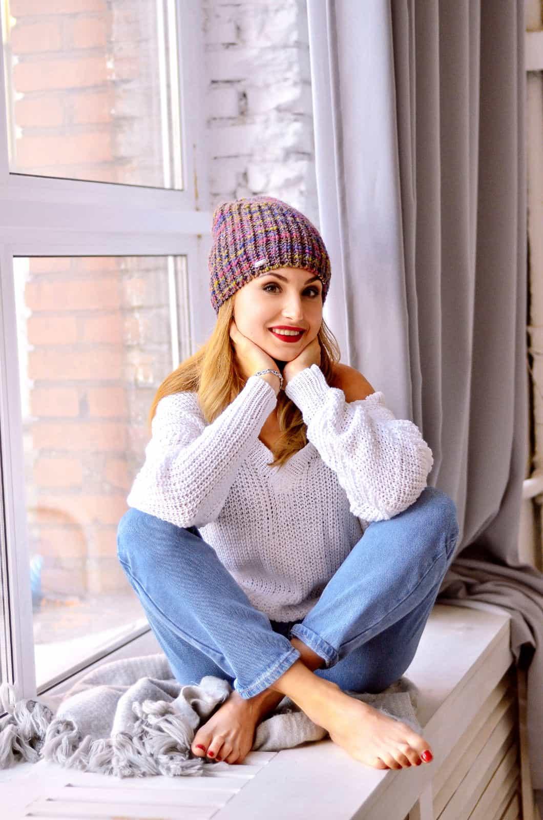 На второй фотографии женский белый пуловер спицами из хлопка от Shapar, бренда вязаной одежды ручной работы в интернет-магазине связанных спицами вещей.