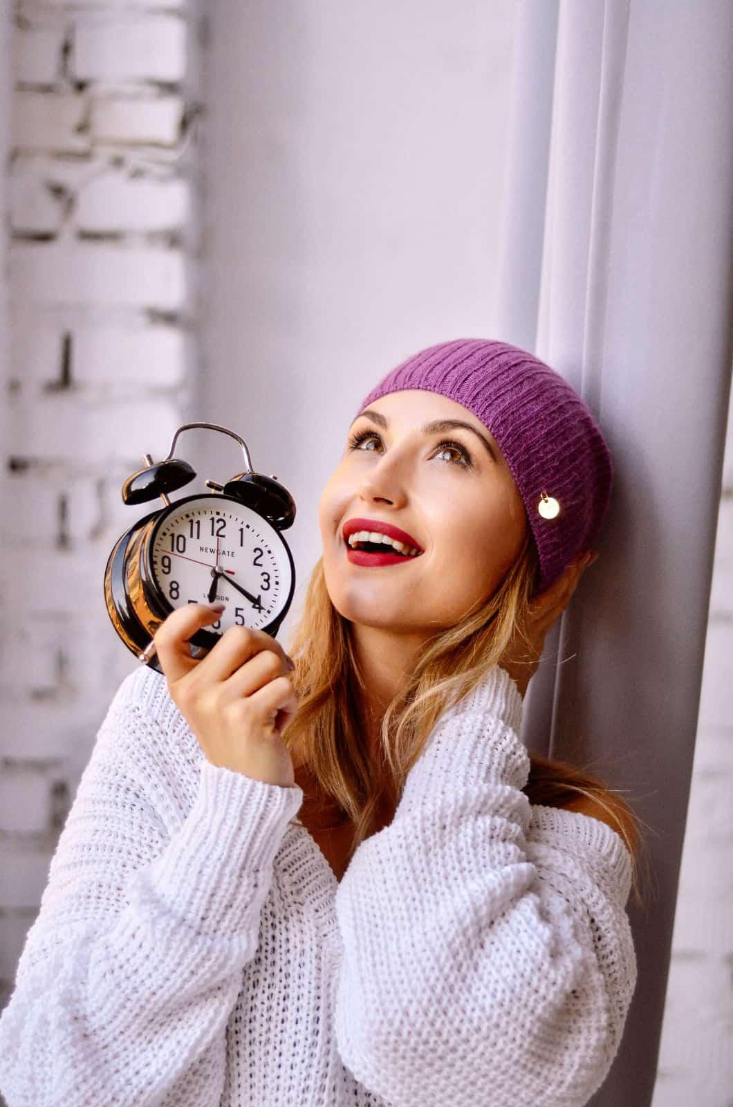 На третьей фотографии женский белый пуловер спицами с V-образным вырезом от Shapar, бренда вязаной одежды ручной работы в интернет-магазине связанных спицами вещей.