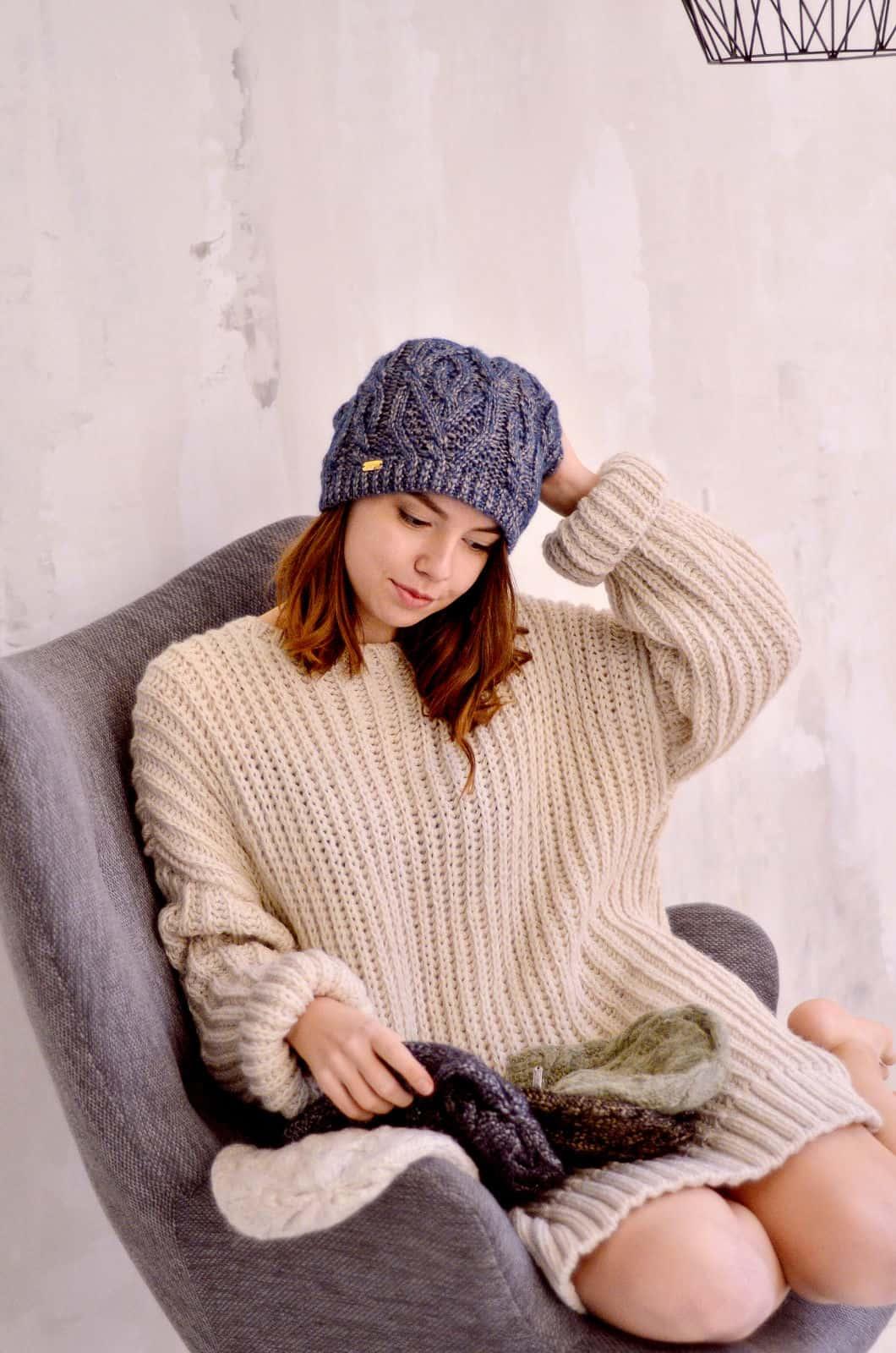 На первой фотографии женский бежевый джемпер от Shapar, бренда вязаной одежды ручной работы в интернет-магазине связанных спицами вещей.