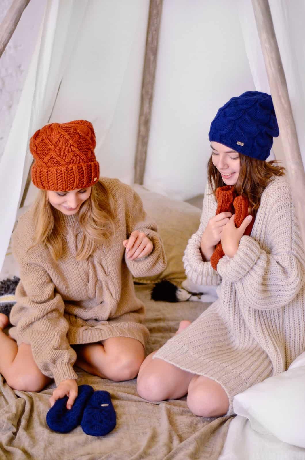 На четвертой фотографии модный бежевый джемпер для девушек и женщин от Shapar, бренда вязаной одежды ручной работы в интернет-магазине связанных спицами вещей.