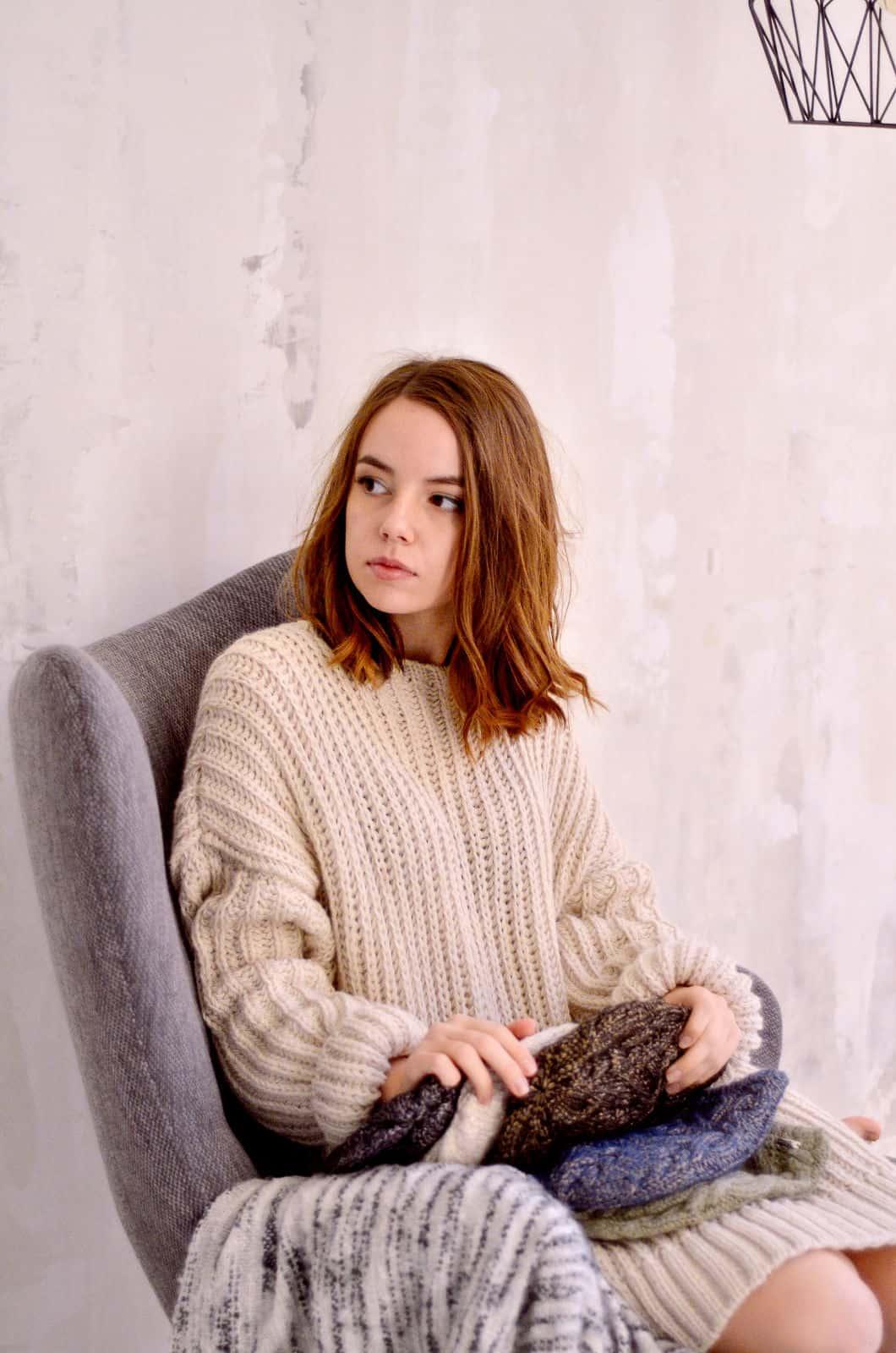 На третьей фотографии женский бежевый джемпер крупной вязки от Shapar, бренда вязаной одежды ручной работы в интернет-магазине связанных спицами вещей.