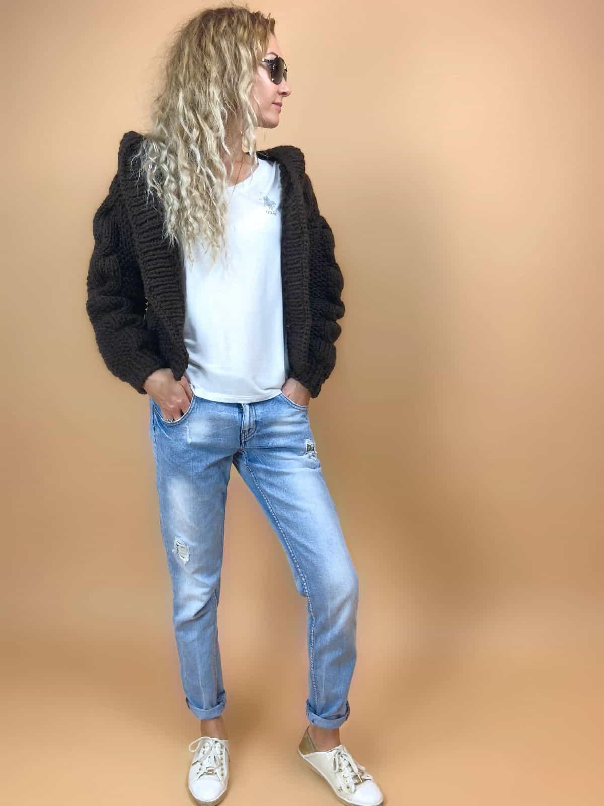На пятой фотографии модный бомбер с капюшоном для девушек и женщин от Shapar, бренда вязаной одежды ручной работы в интернет-магазине связанных спицами вещей.