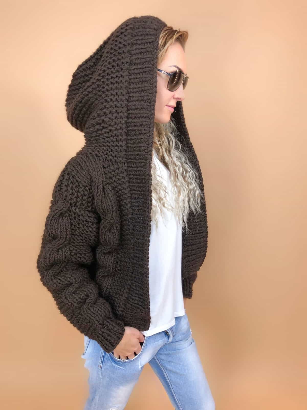 На первой фотографии женский бомбер с капюшоном от Shapar, бренда вязаной одежды ручной работы в интернет-магазине связанных спицами вещей.