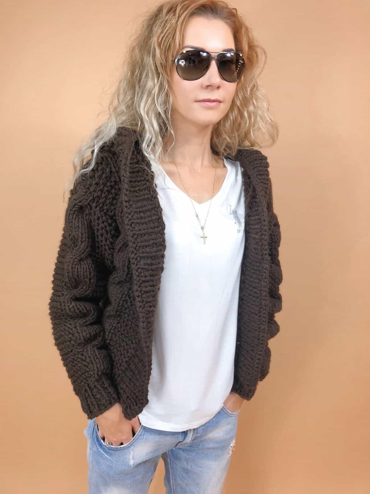 На четвертой фотографии женский бомбер с капюшоном и косами от Shapar, бренда вязаной одежды ручной работы в интернет-магазине связанных спицами вещей.